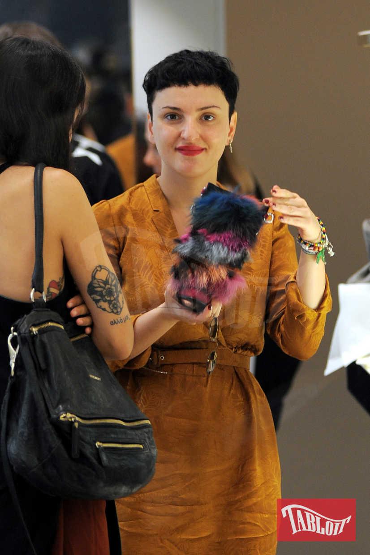 Arisa paparazzata a Milano durante un pomeriggio di shopping