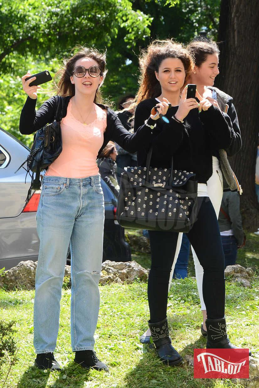Foto del 2013: Aurora Ramazzotti attende fuori dall'hotel Principe di Savoia di vedere gli One Direction insieme a tutte le fans. Con lei l'amica Sara Daniele, figlia di Pino