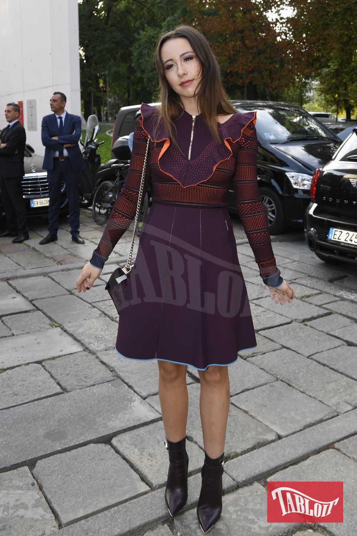 Aurora Ramazzotti lascia il Versace Fashion Show durante la settimana della moda di Milano lo scorso 22 settembre