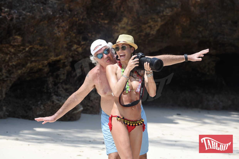 Flavio Briatore e Elisabetta Gregoraci scherzano in spiaggia