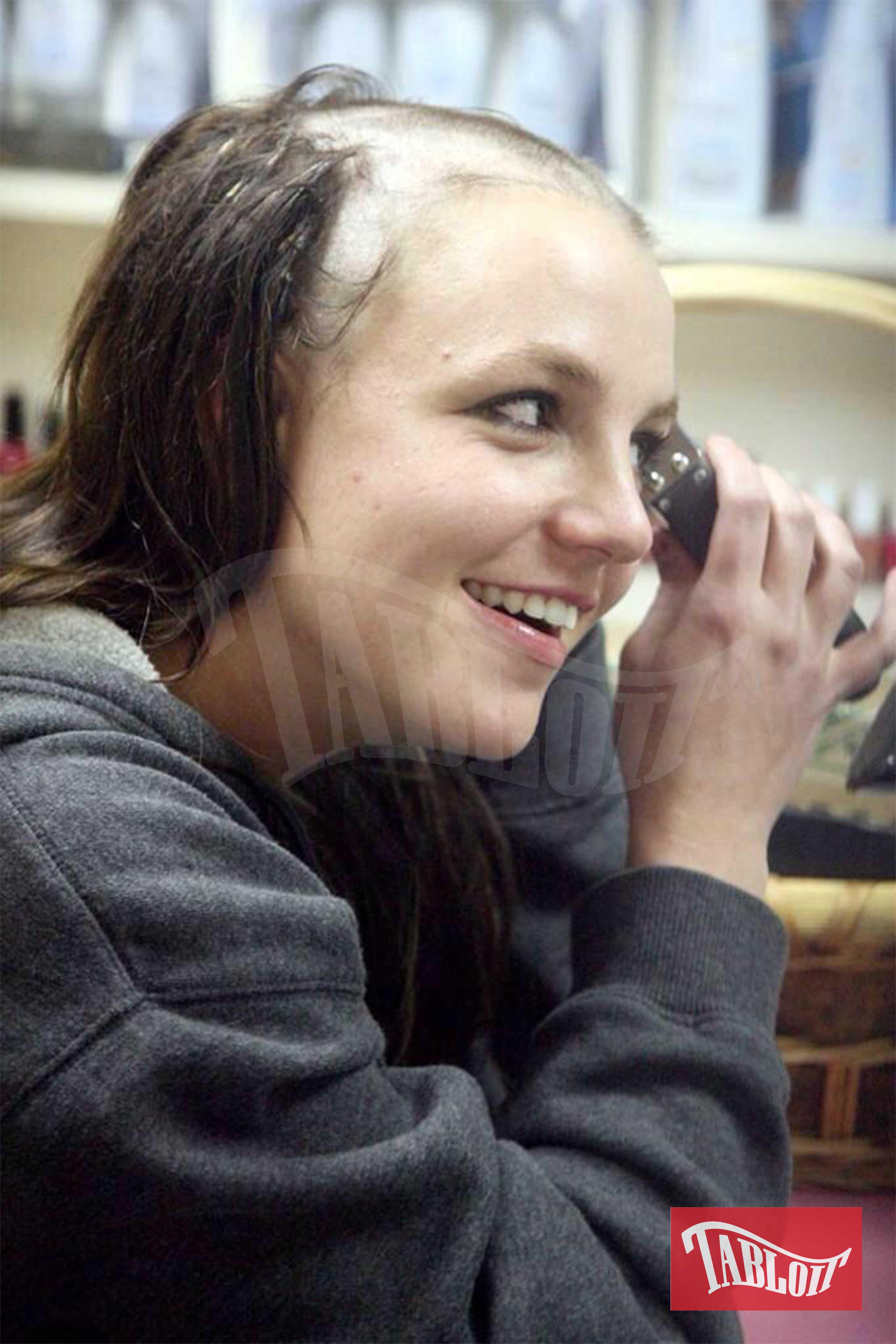 L'immagine, diventata tristemente nota, risale al 2007. Britney entrò in una clinica di riabilitazione dalle droghe ad Antigua, ma dopo un giorno si recò, in stato confusionale, da un parrucchiere di Los Angeles e gli chiese di rasarla. Dopo il rifiuto da parte del parrucchiere Britney prese un rasoio elettrico e si tagliò completamente i capelli. La foto della sua testa rasata fece il giro del mondo