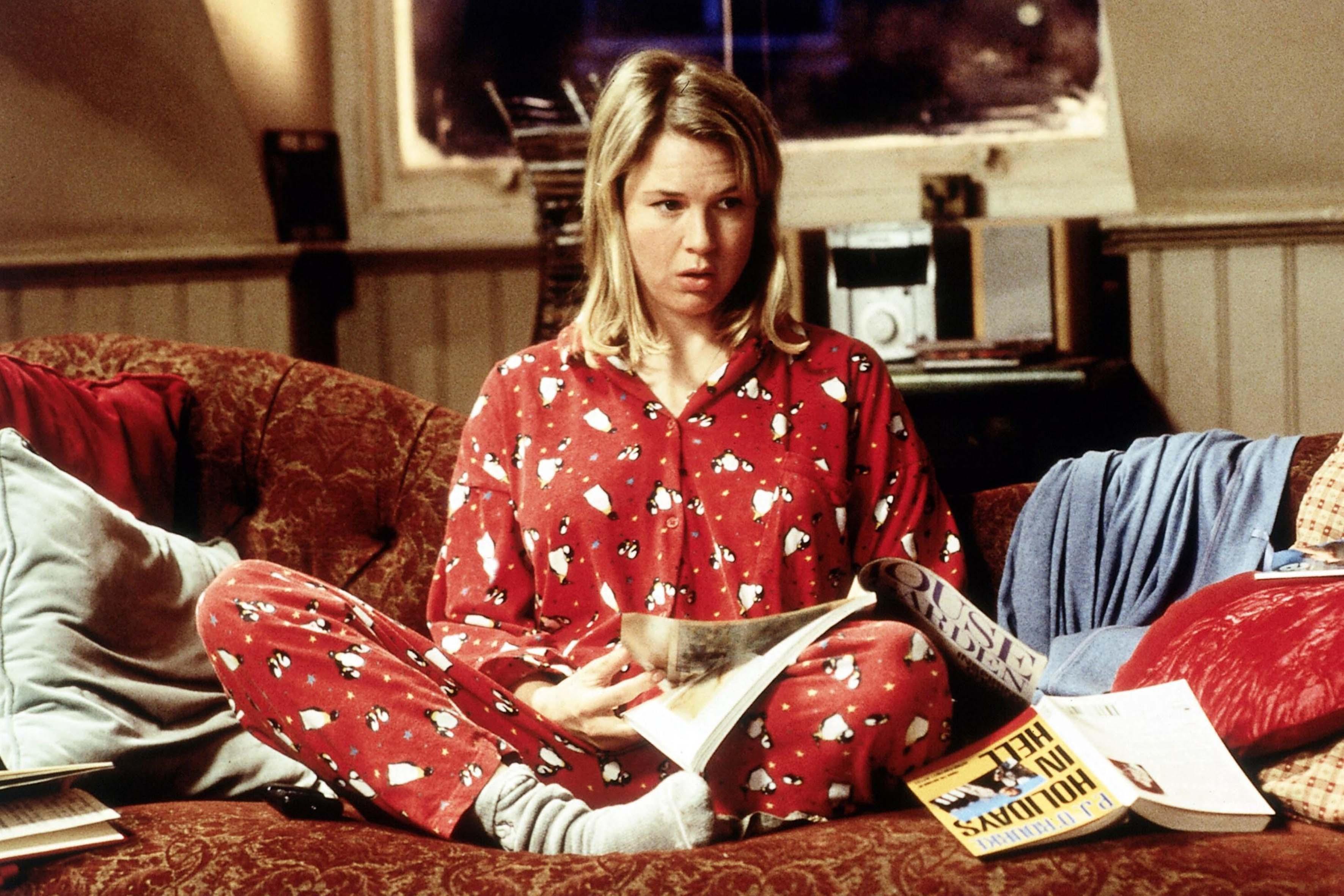 """Il pigiamone può essere sinonimo di """"abrutimento"""" come ci ricorda Bridget Jones. Ultimamente però le star (e non solo) lo hanno sdoganato, rendendolo capo originale e divertente per una serata diversa dal solito"""