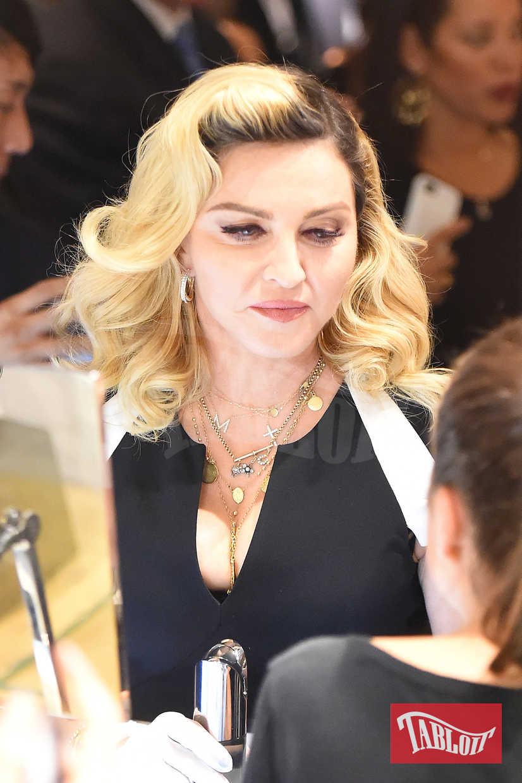Riga di lato e boccoli XXL per Madonna