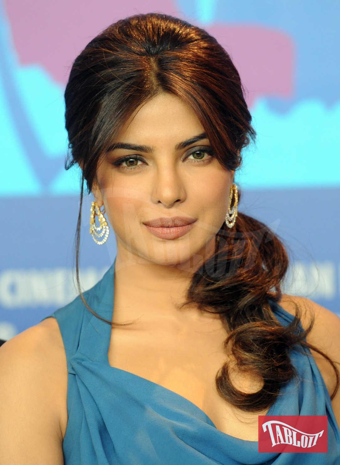Priyanka Chopra ha scelto la coda laterale mossa, riga in mezzo e capelli leggermente cotonati