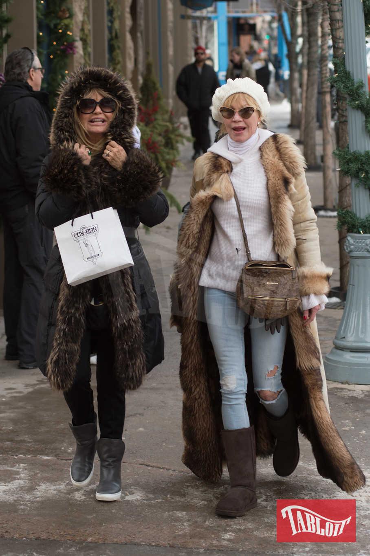 Melanie Griffith e Goldie Hawn insieme durante un pomeriggio di shopping ad Aspen, Colorado. Goldie, 72 anni, indossa un parka con pelliccia ai bordi, pantaloni neri e stivaletti grigi. Melanie, 60 anni, ha scelto invece un lungo cappotto beige sempre con pelo ai bordi, jeans strappati, cappello bianco e stivali pesanti