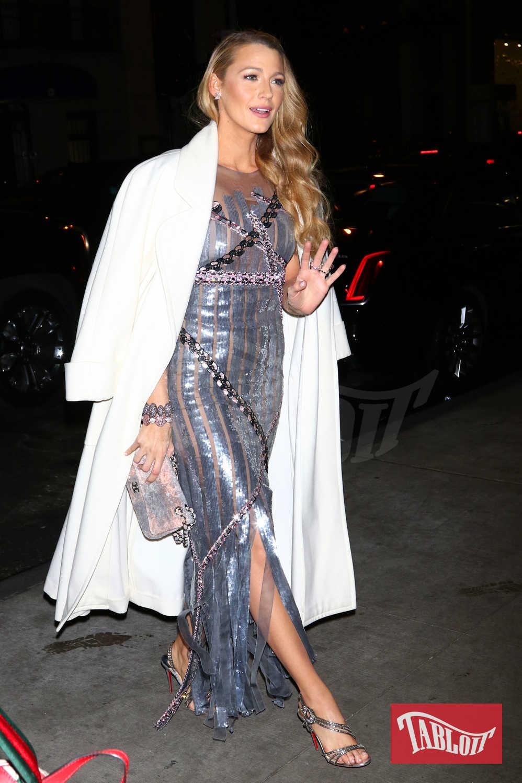 Ok, a Blake Lively sta bene tutto, dobbiamo ammetterlo. Ma per Capodanno un abito di paillettes è quello che serve per un tocco glamour e sensuale