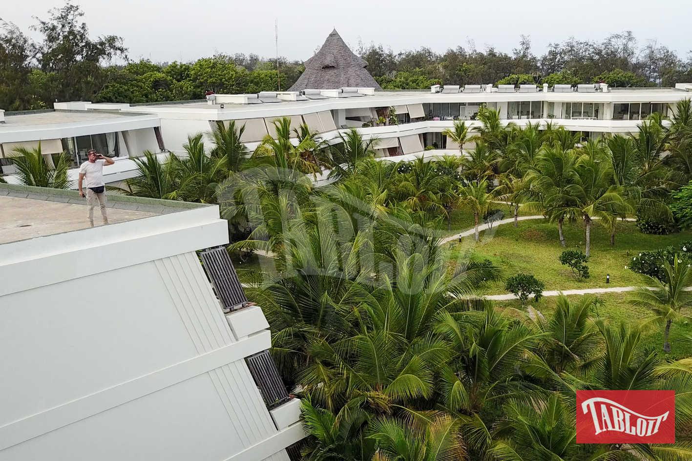 Alberto Boggiani controlla la situazione dal tetto del Billionaire Resort di Malindi