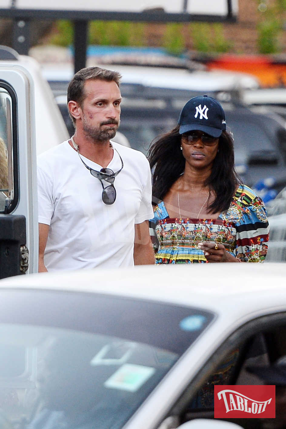 Naomi Campbell impegnata a fare la spesa in un supermercato di Malindi insieme al bodyguard Alberto Boggiani