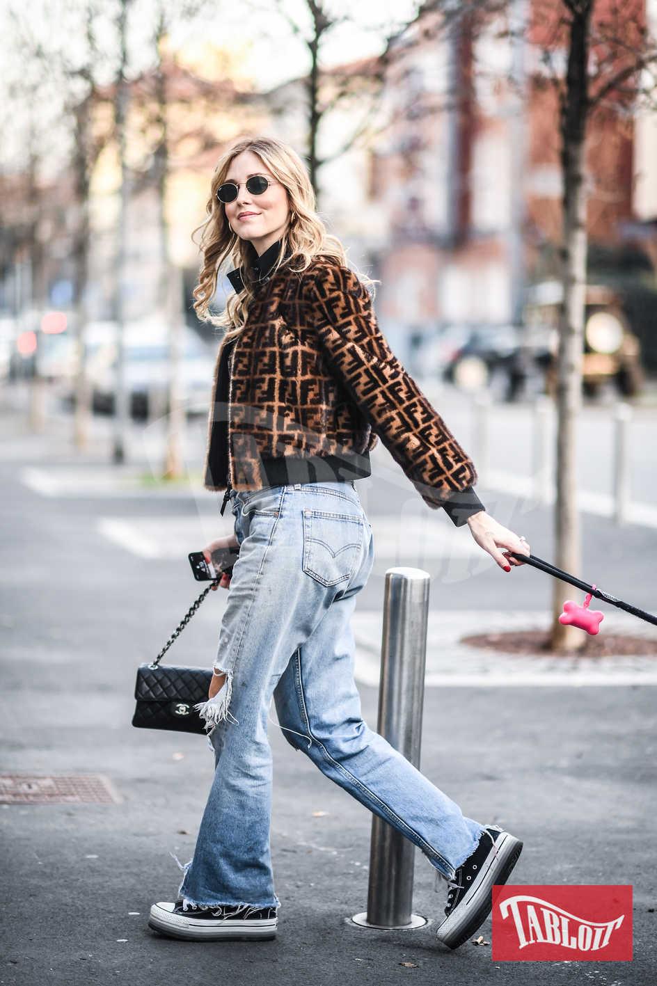 Chiara Ferragni a spasso per Milano con Matilda. Jeans strappati, All Stars, bomber di Fendi e borsetta Chanel a completare il look