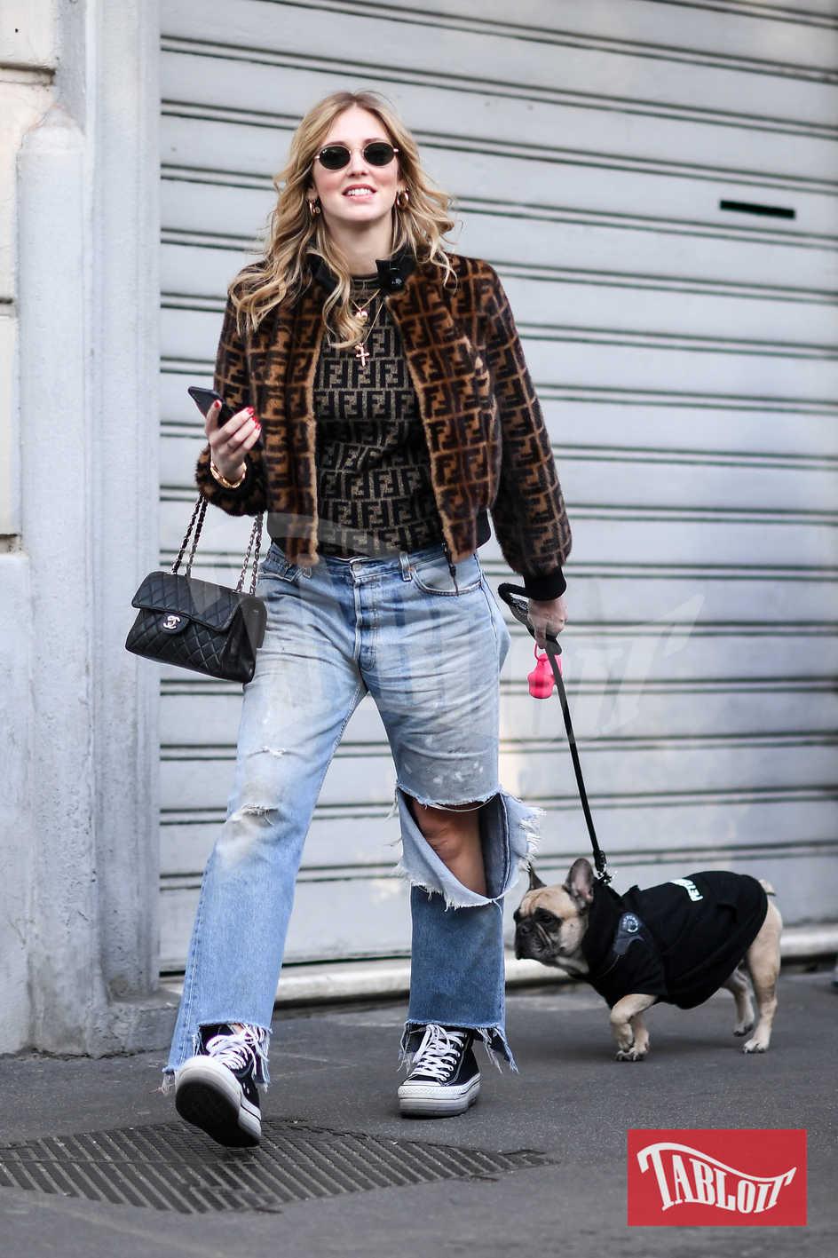Chiara porta Matilda a fare una passeggiata. Immancabile lo smartphone in mano, per aggiornare i propri follower di ogni suo spostamento