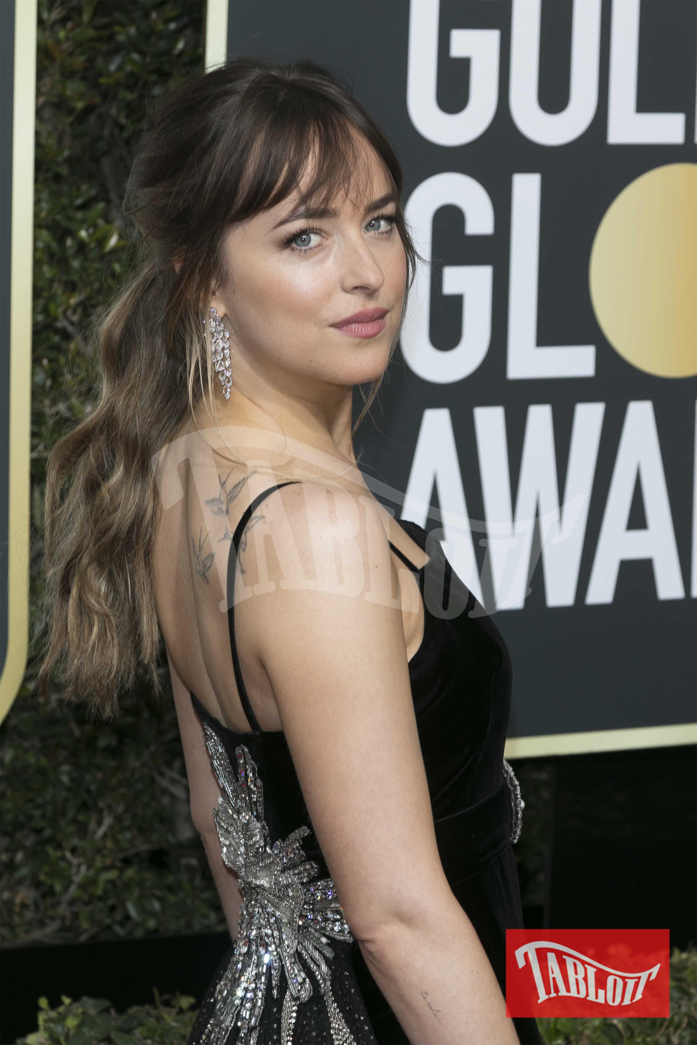 """Dakota Johnson è figlia degli attori Don Johnson e Melanie Griffith ed è diventata famosa grazie al ruolo di Anastasia Steele in """"Cinquanta sfumature di grigio"""". L'attrice esce da una storia altalenante con un altro musicista, Matthew Hitt"""
