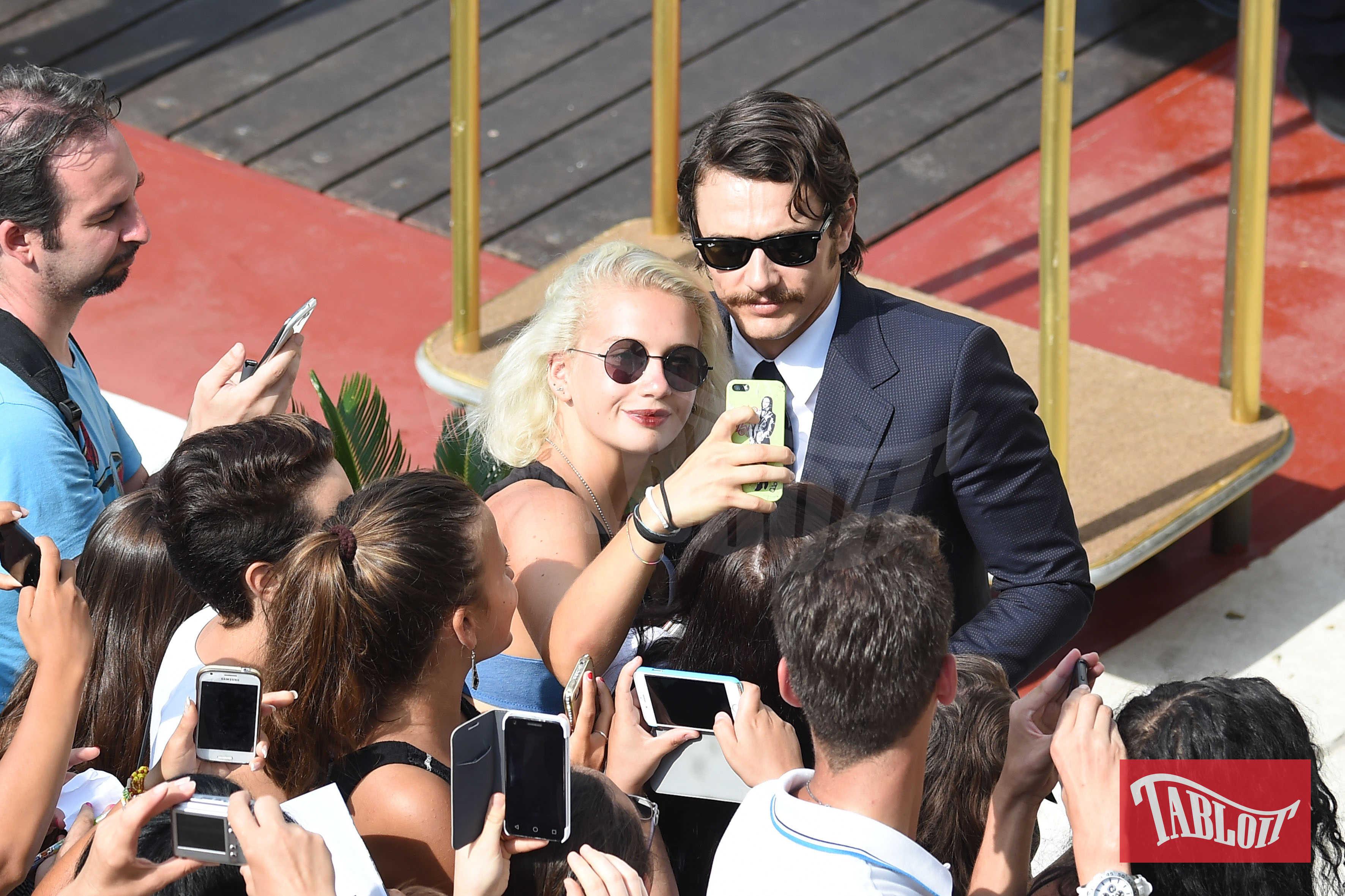 James Franco alla Mostra del Cinema di Venezia nel 2016 posa per un selfie con una fan