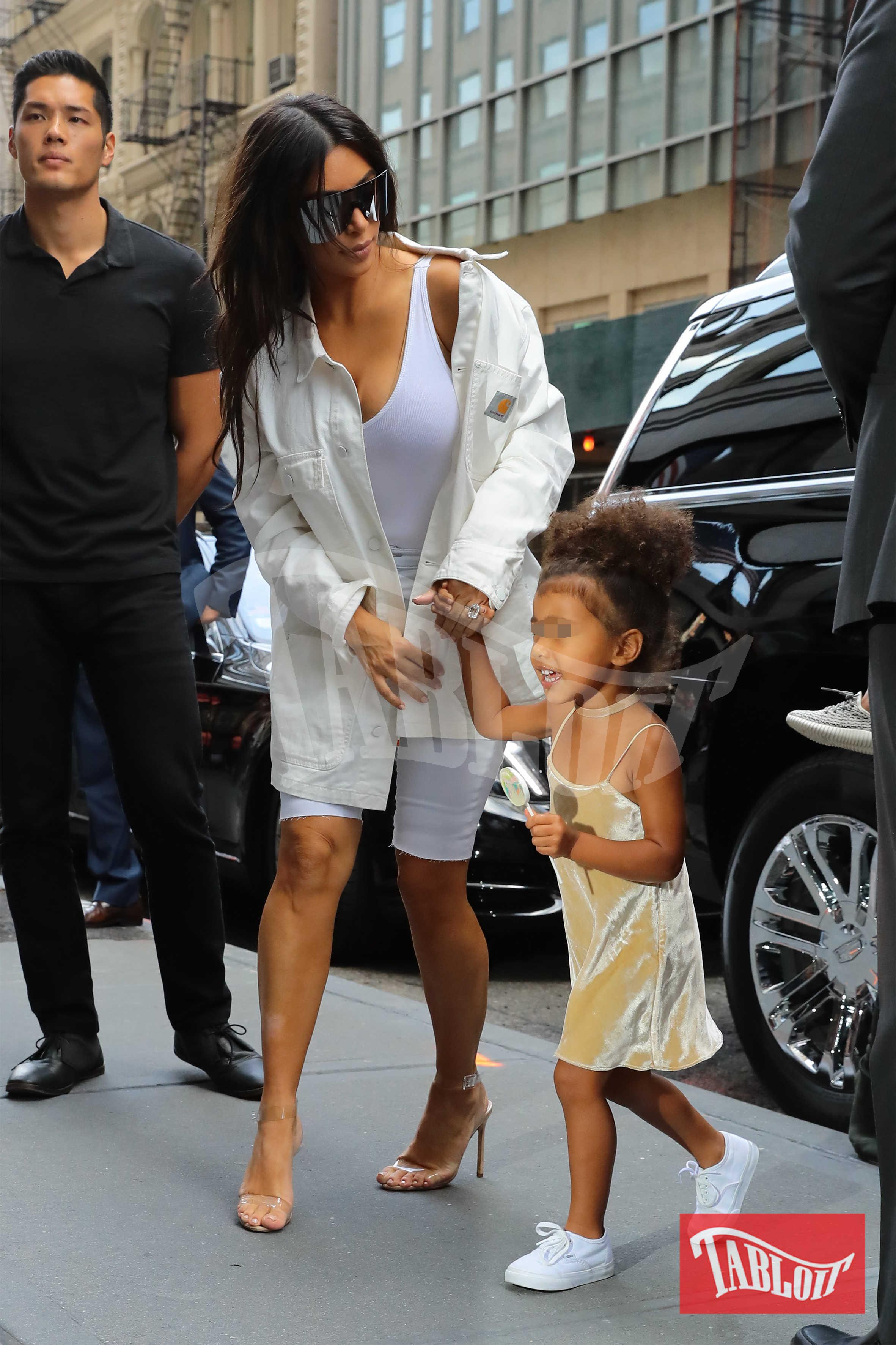 Non solo Kim: il 2018 in casa Kardashian- Jenner sarà pieno di cicogne. La sorella Khloe Kardashian aspetta il primo figlio dal cestista Tristan Thompson mentre Kylie Jenner, 20 anni, diventerà madre per la prima volta. Il papà è il rapper Travis Scott