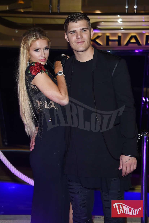 Paris Hilton e Chris Zylka al Persol Party sullo yacht Serenity durante il Festival di Cannes dello scorso maggio