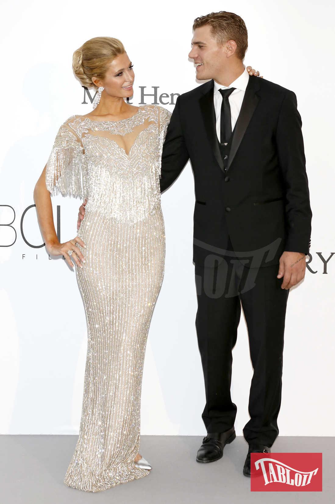 Paris Hilton e Chris Zylka al galà amfAR's organizzato durante il Festival di Cannes lo scorso maggio