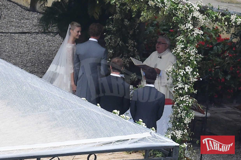 Beatrice e Pierre il giorno del loro matrimonio il 1 agosto 2015 sull'Isola San Giovanni, Lago Maggiore. Lui, in tight grigio, lei in Armani