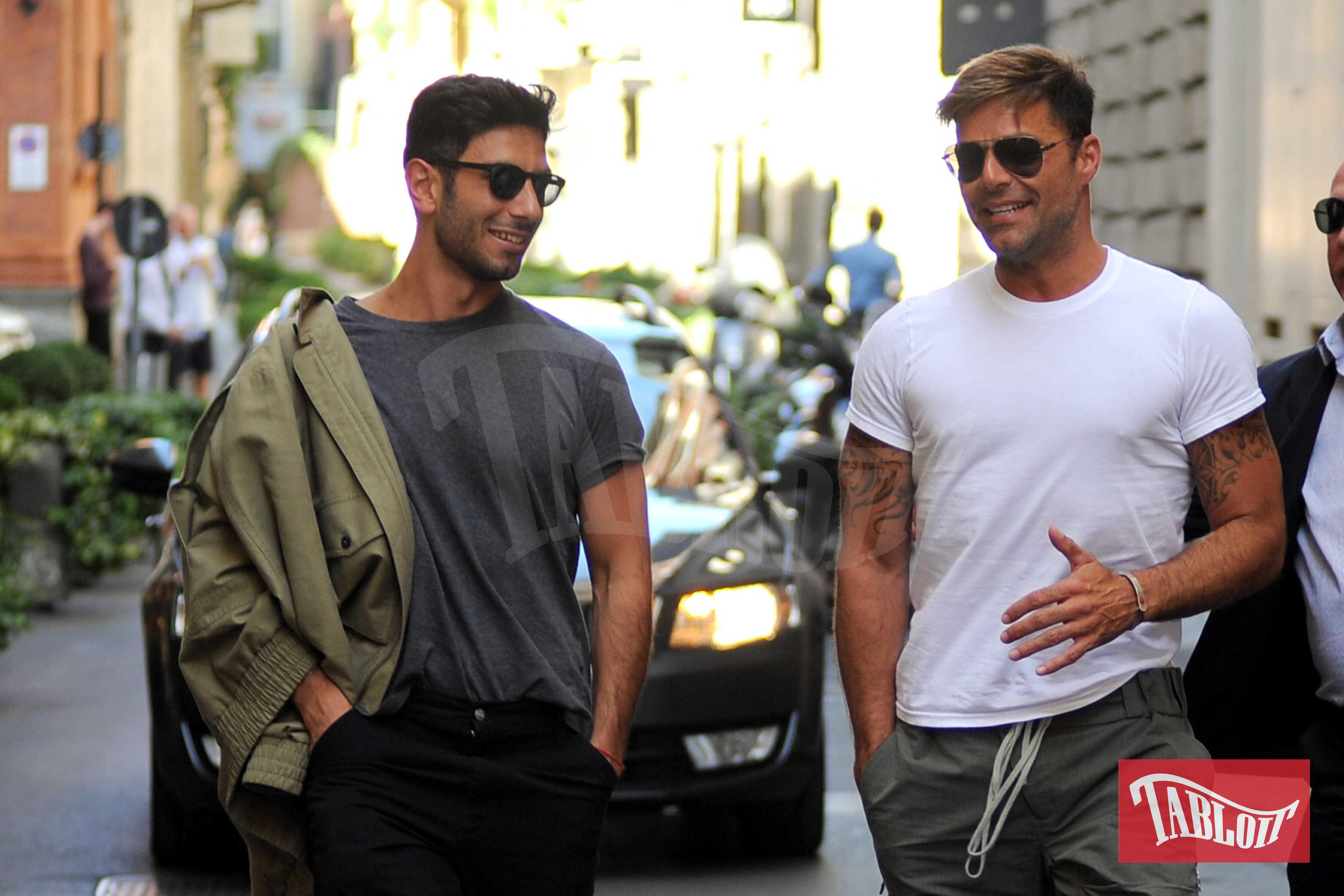 """Ricky Martin e Jwan Josef paparazzati nel 2016 a Milano, durante un pranzo al """"Il Salumaio di Montenapoleone"""""""