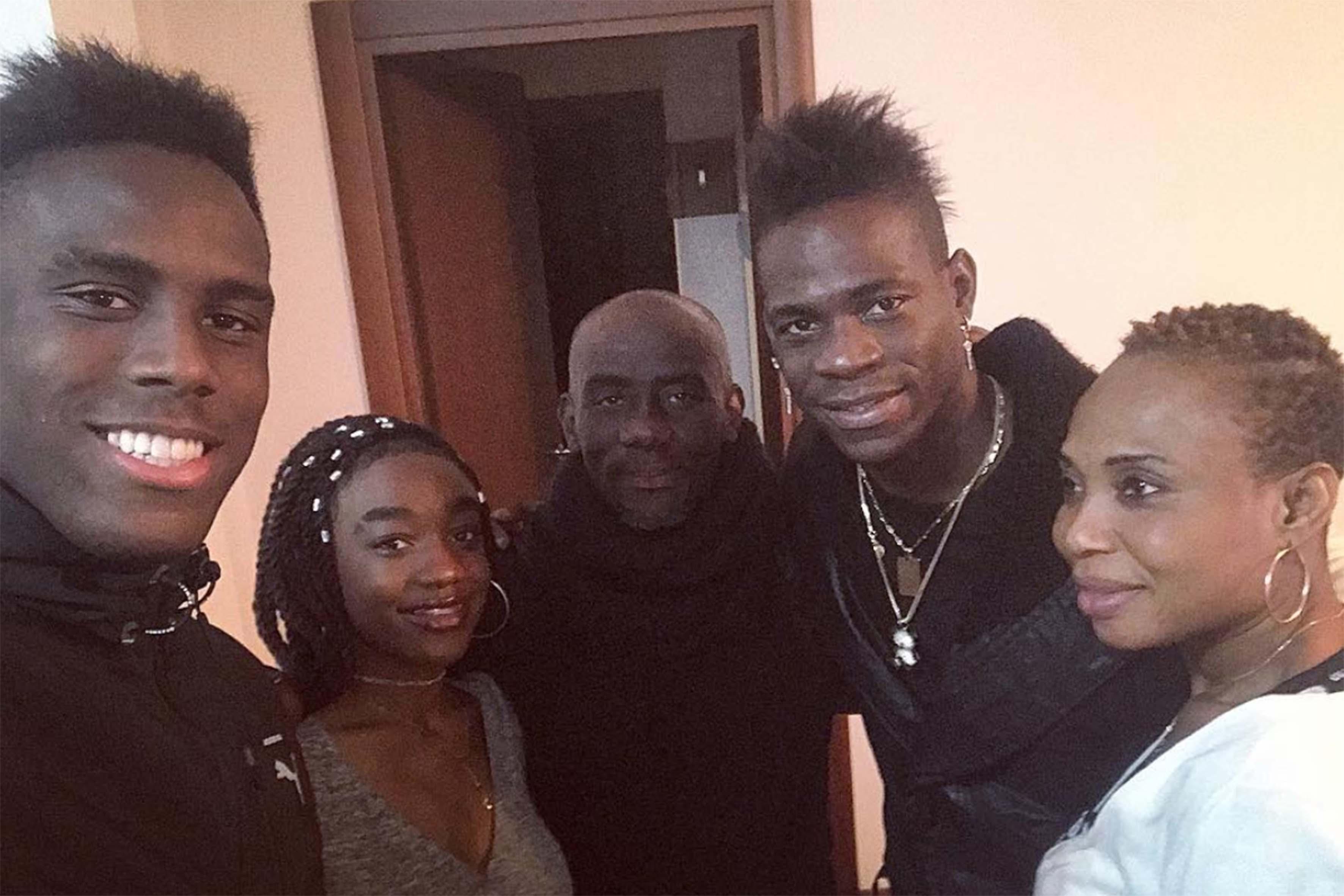 Da sinistra: Enock, Angel, Thomas Barwuah, Mario Balotelli e Rose Barwuah