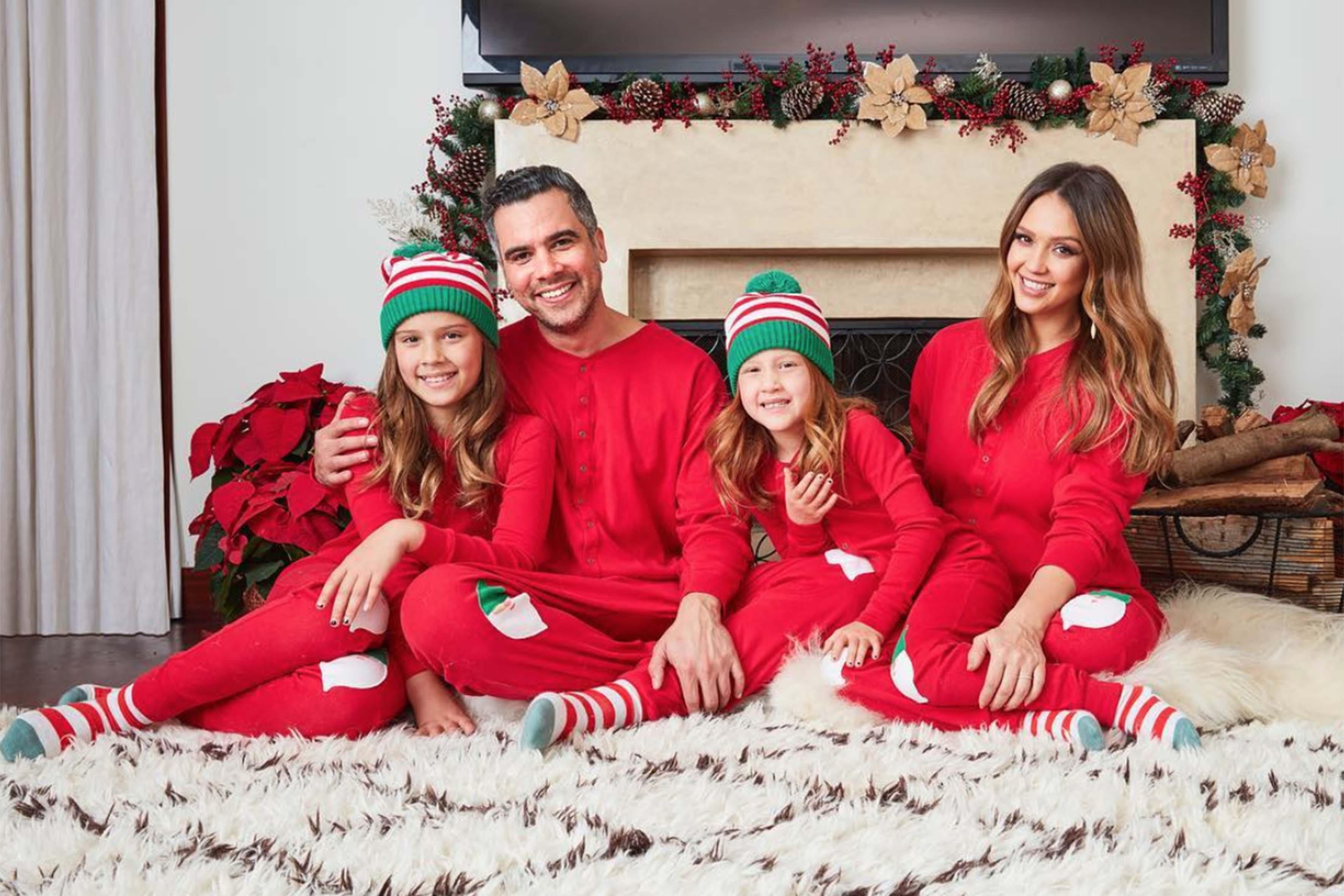 Jessica e Cash insieme alle figlie Honor e Haven in una tenera foto natalizia
