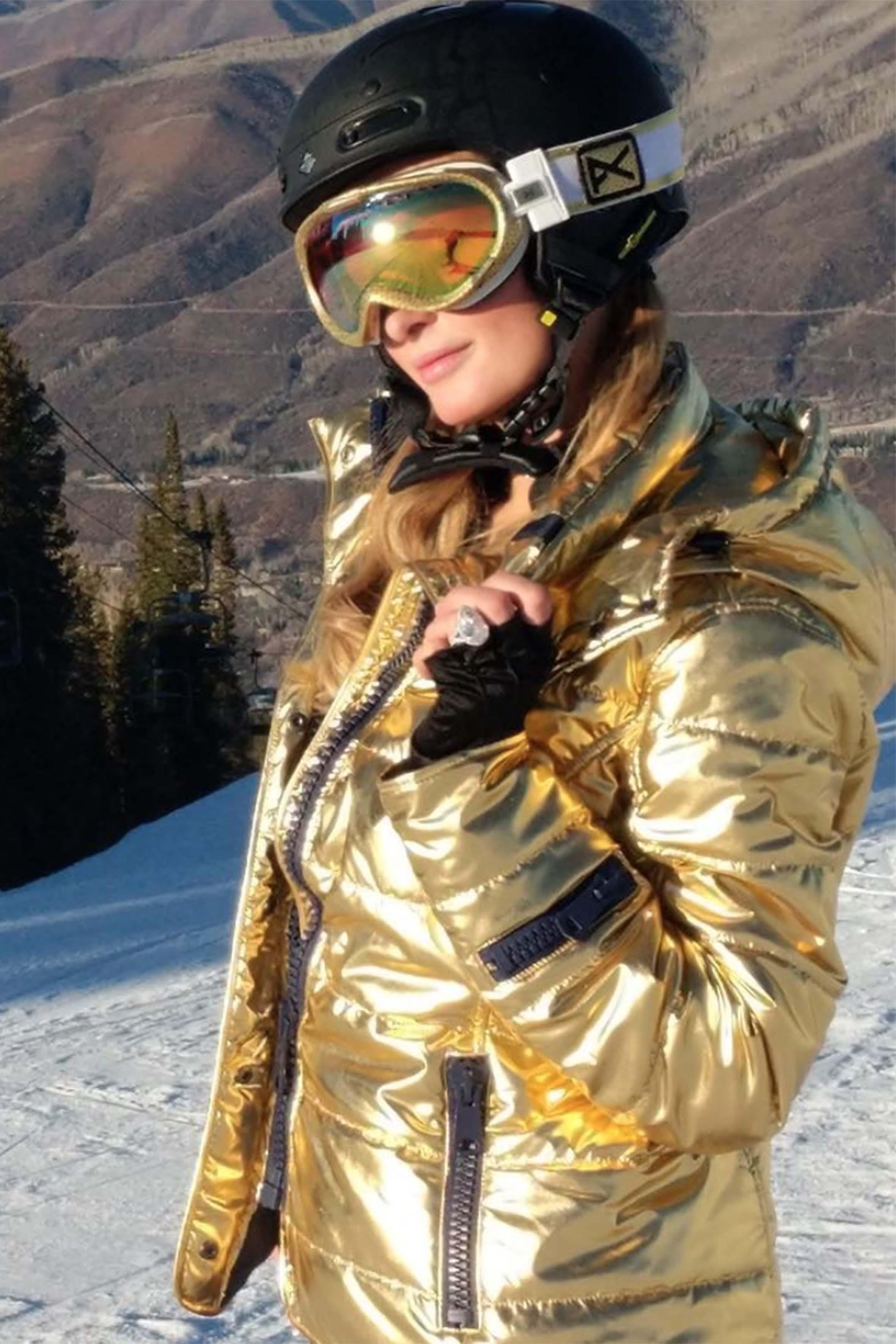 """""""GoldenGirl"""" scrive Paris Hilton su Instagram, sfoggiando il suo nuovo diamante da neo fidanzata. La bella ereditiera si trova ad Aspen, Colorado, insieme a Chris: la celebre località sciistica, in questa stagione, è frequentata da moltissime star"""