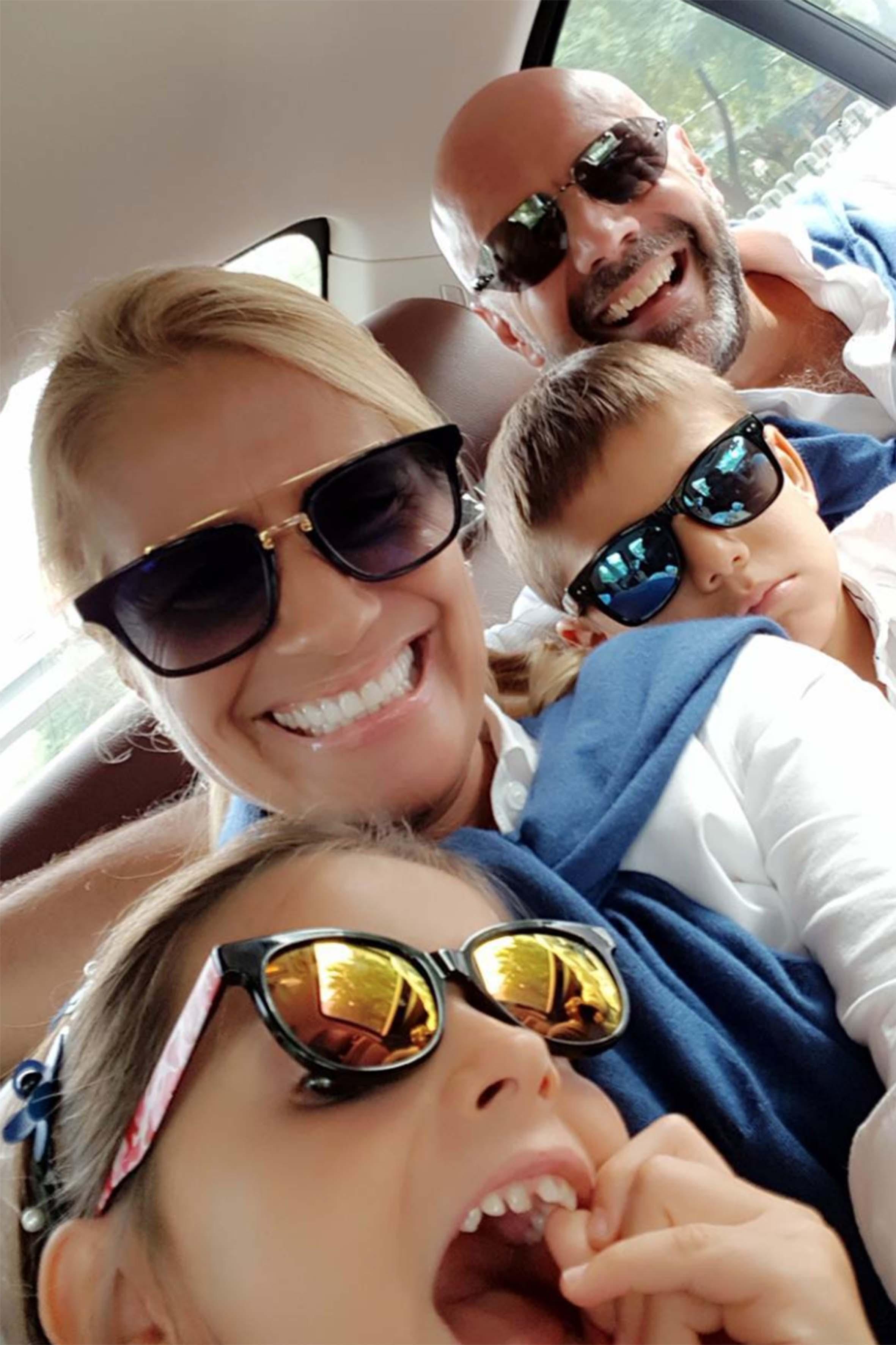 Heather in uno scatto social insieme al marito e ai due gemellini avuti all'età di 50 anni