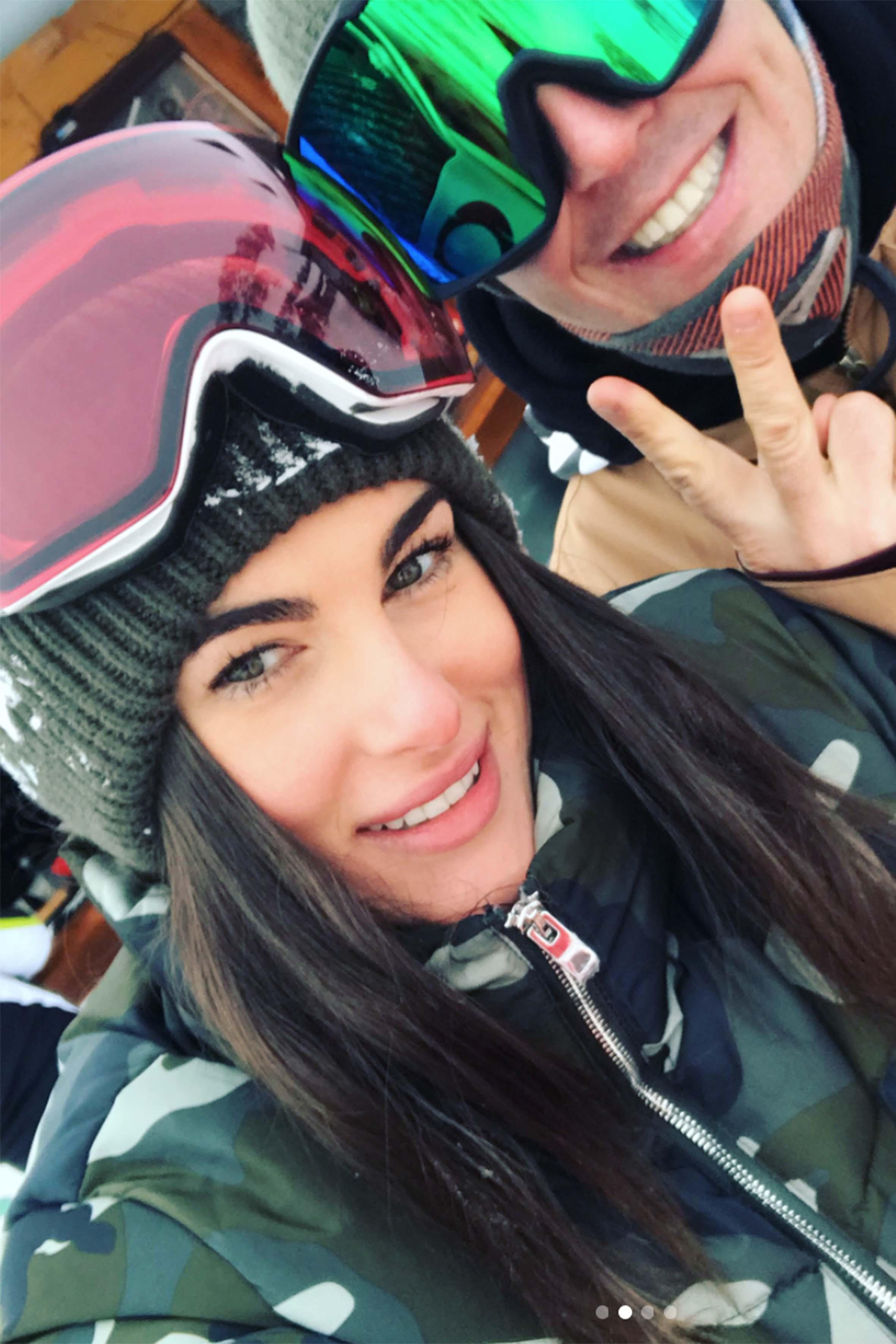 Francesca Sofia Novello in uno scatto postato sul suo profilo Instagram con l'istruttore di snowbord Giulio Angeli. Francesca è originaria di Arese, Milano, ed è una modella e ombrellina di 24 anni. Molti la definiscono la sosia di Brooke Shields
