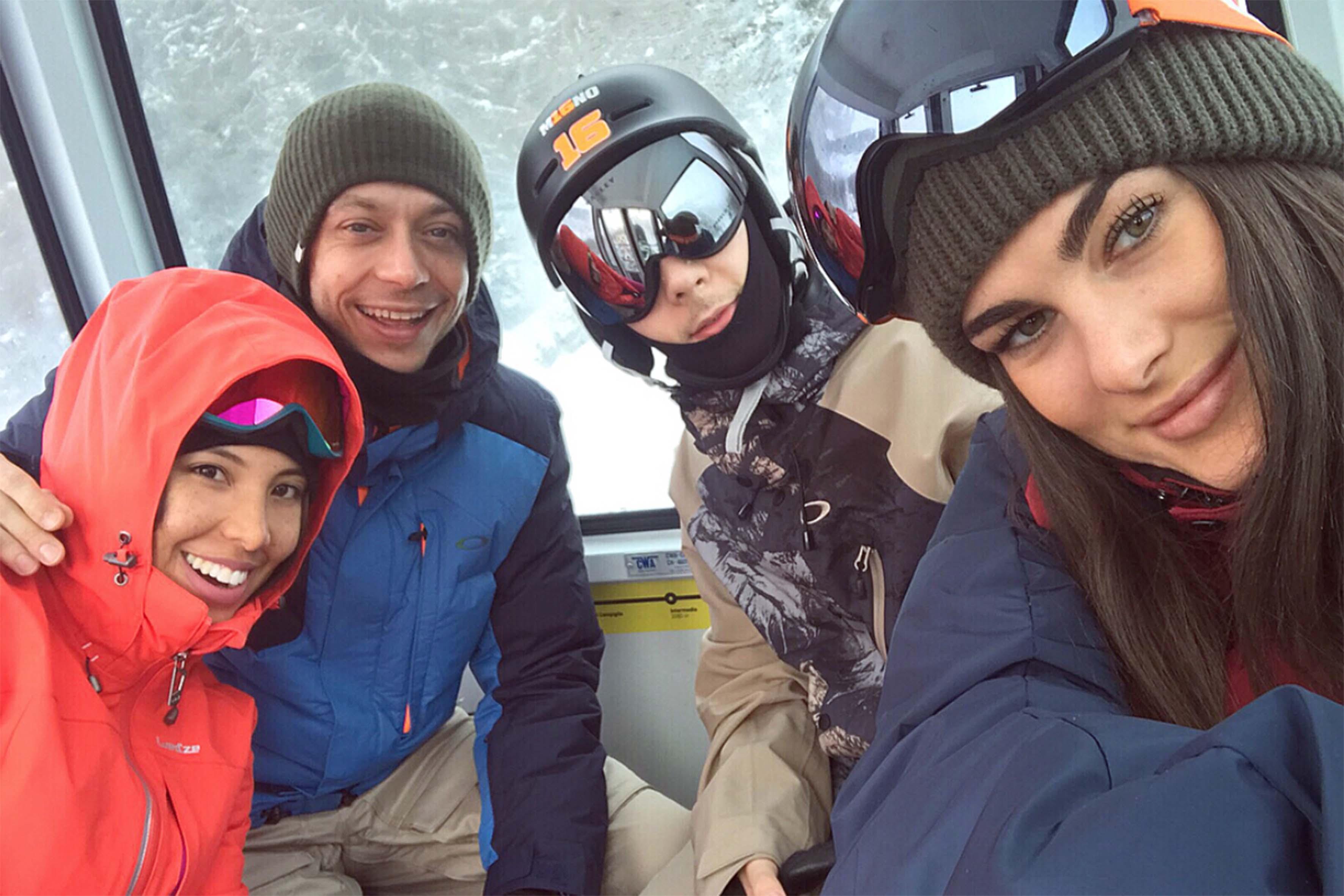 Foto di gruppo postata su Instagram da un'amica di Francesca, Carmen Victoria Rodriguez, in rosso accanto a Valentino. Francesca Sofia Novello è in primo piano e ha scattato la foto