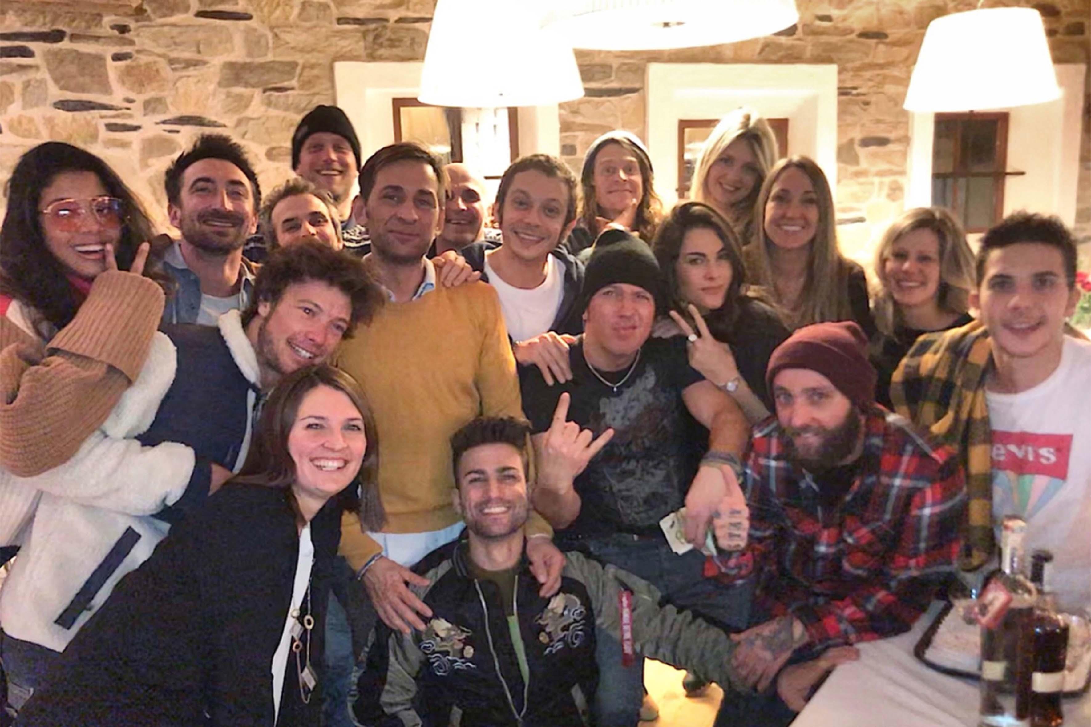 Foto di gruppo a Madonna di Campiglio: Valentino e Francesca sono vicini, divisi solo dall'amico Giulio Angeli, maestro di snowboard