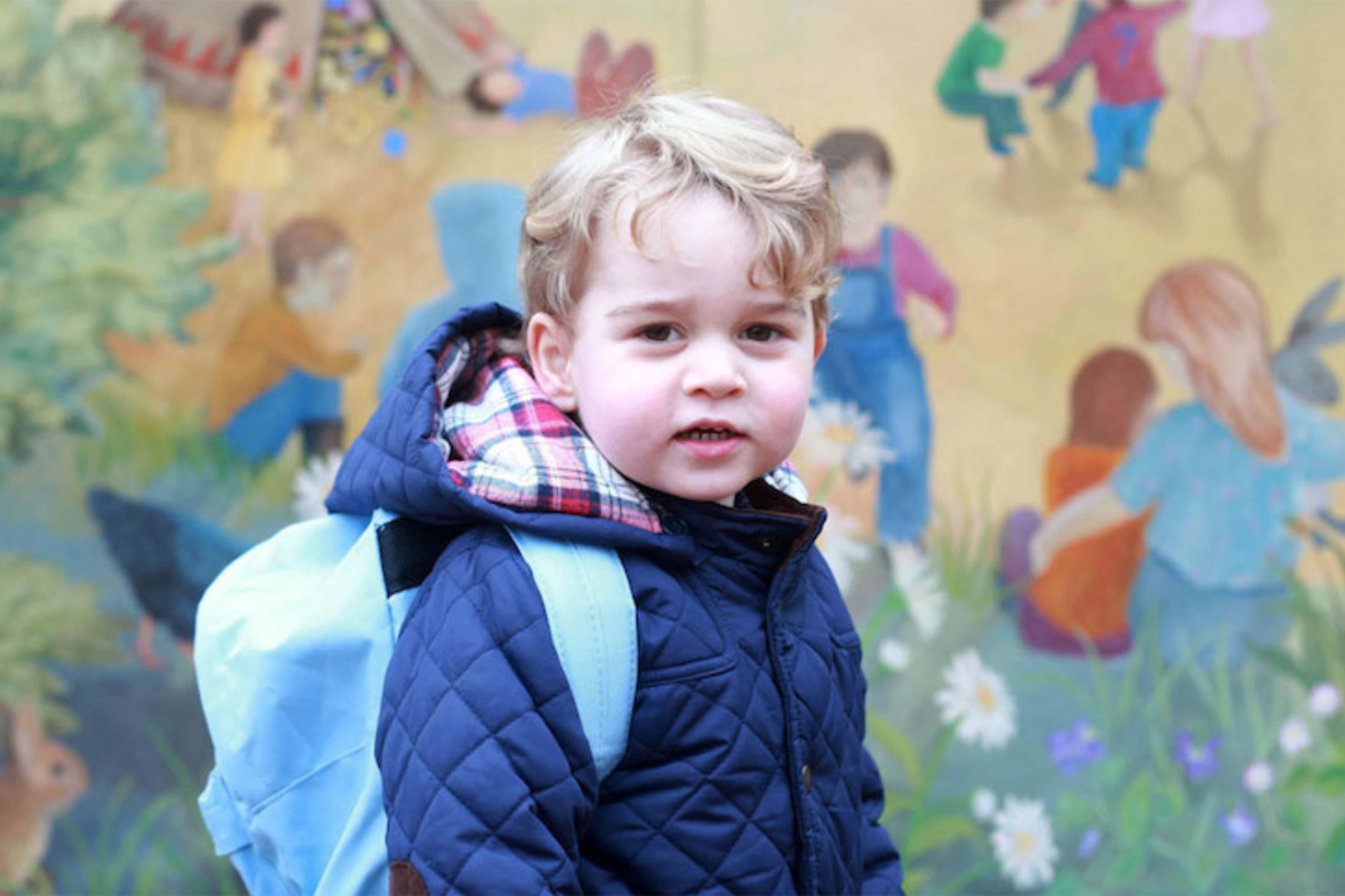 Una foto di George scattata da Kate Middleton in occasione del suo primo giorno di scuola. La duchessa di Cambridge è stata nominata membro onorario a vita dalla Royal Photographic Society, un'importante organizzazione fotografica britannica tra i membri troviamo anche la celebre fotografa Annie Leibovitz, che ha ritratto spesso i membri della famiglia reale
