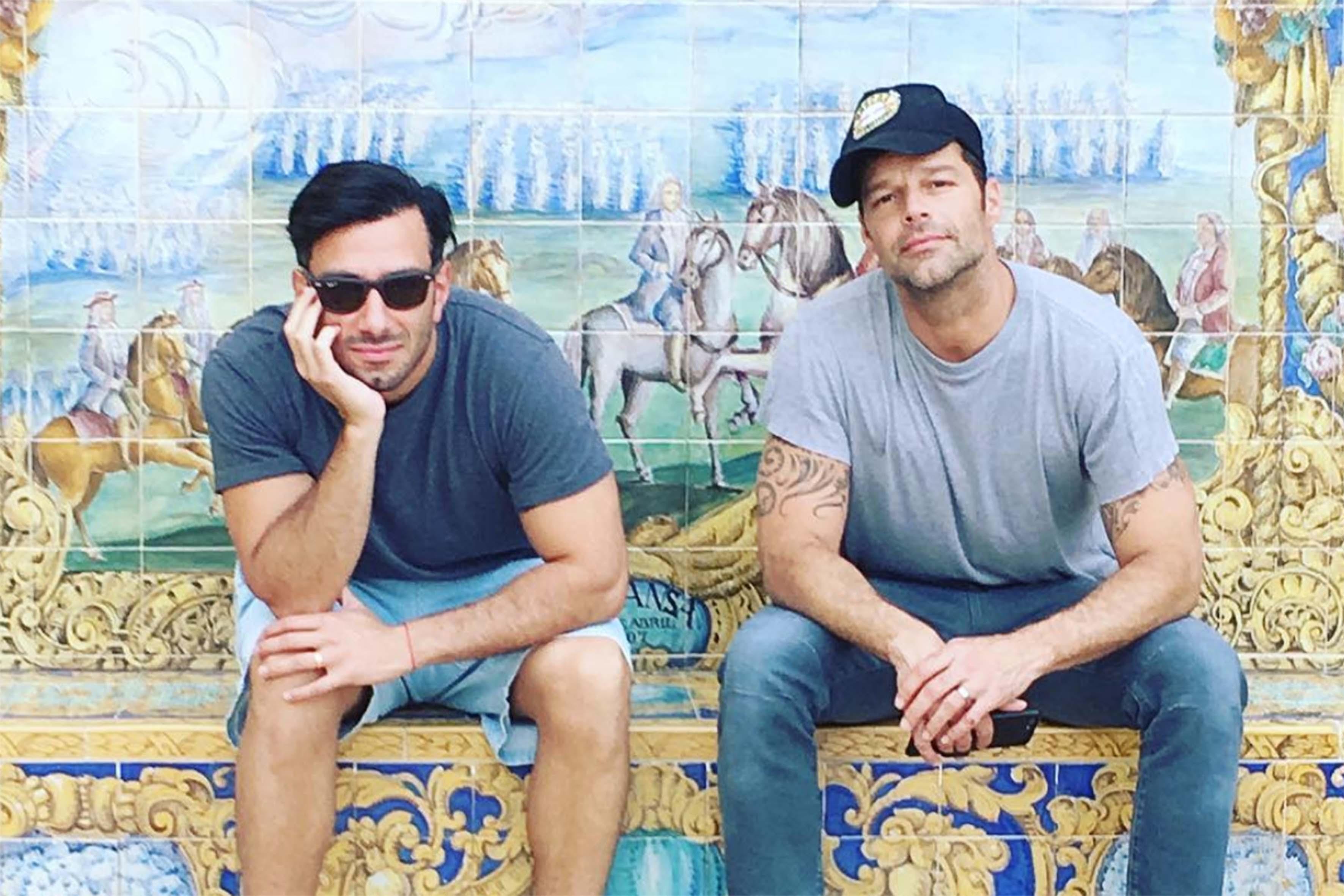 """Una foto pubblicata da Ricky Martin sul suo profilo Instagram. """"Questo è meraviglioso, mi sento benissimo. - ha rivelato il cantante a proposito del suo recente matrimonio - Adesso non posso più presentarlo come 'il mio fidanzato', ora lui è mio marito, il mio uomo"""""""