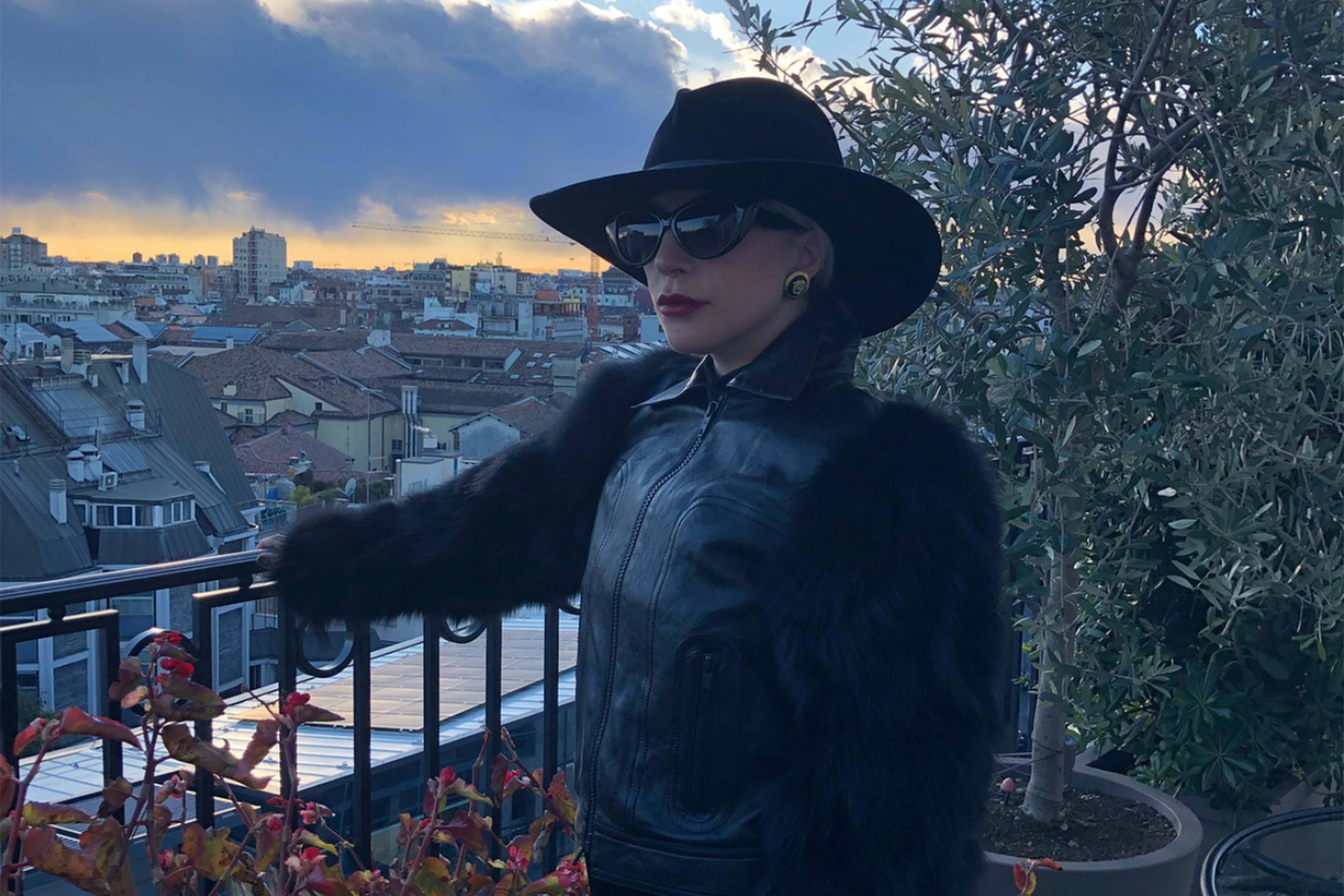 """Lady Gaga ha postato sui social una foto con una panoramica di Milano e una dedica alla grande amica Donatella Versace. """"Grazie per questi bei regali. Non dimenticherò mai questo momento, sono rimasta come sempre senza parole. Riesci sempre farmi sentire a casa a Milano e questo significa così tanto per una ragazza italo americana come me. Ti amo, mia regina"""""""