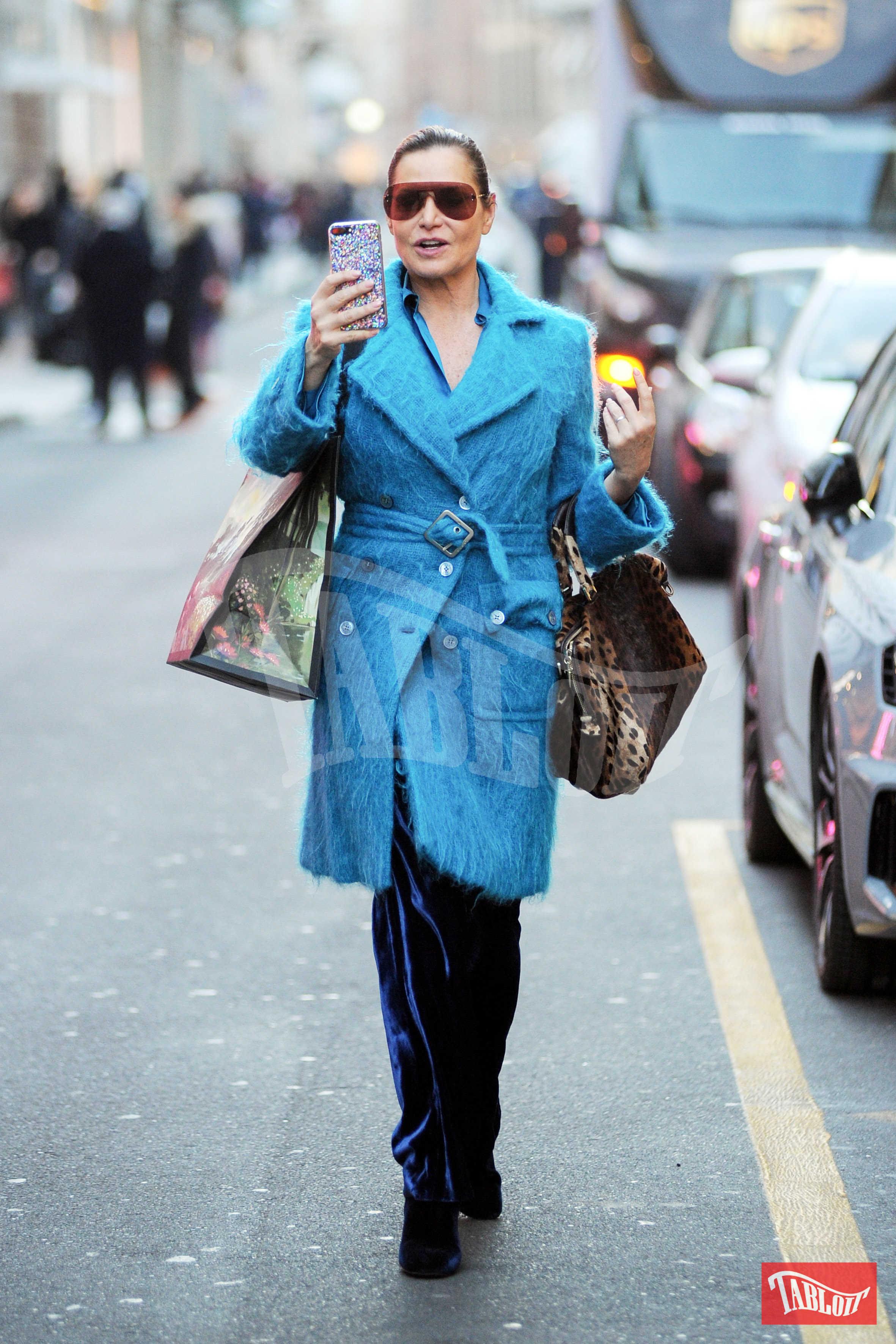 Simona Ventura esce da Gucci con il suo nuovo acquisto sottobraccio. E intanto scatta qualche foto ai paparazzi appostati