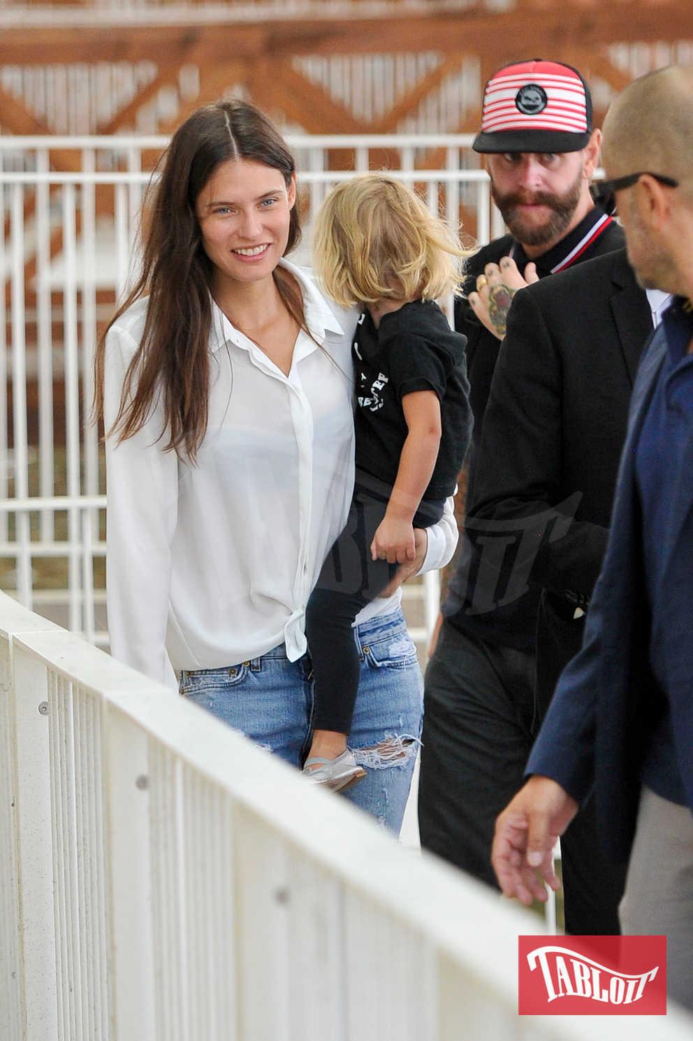 Bianca Balti, Matthew McRae e la figlia all'aeroporto di Venezia, dopo aver partecipato alla Mostra del Cinema dello scorso agosto. Bianca e Matthew stanno insieme da tre anni e hanno una figlia, Mia, di due