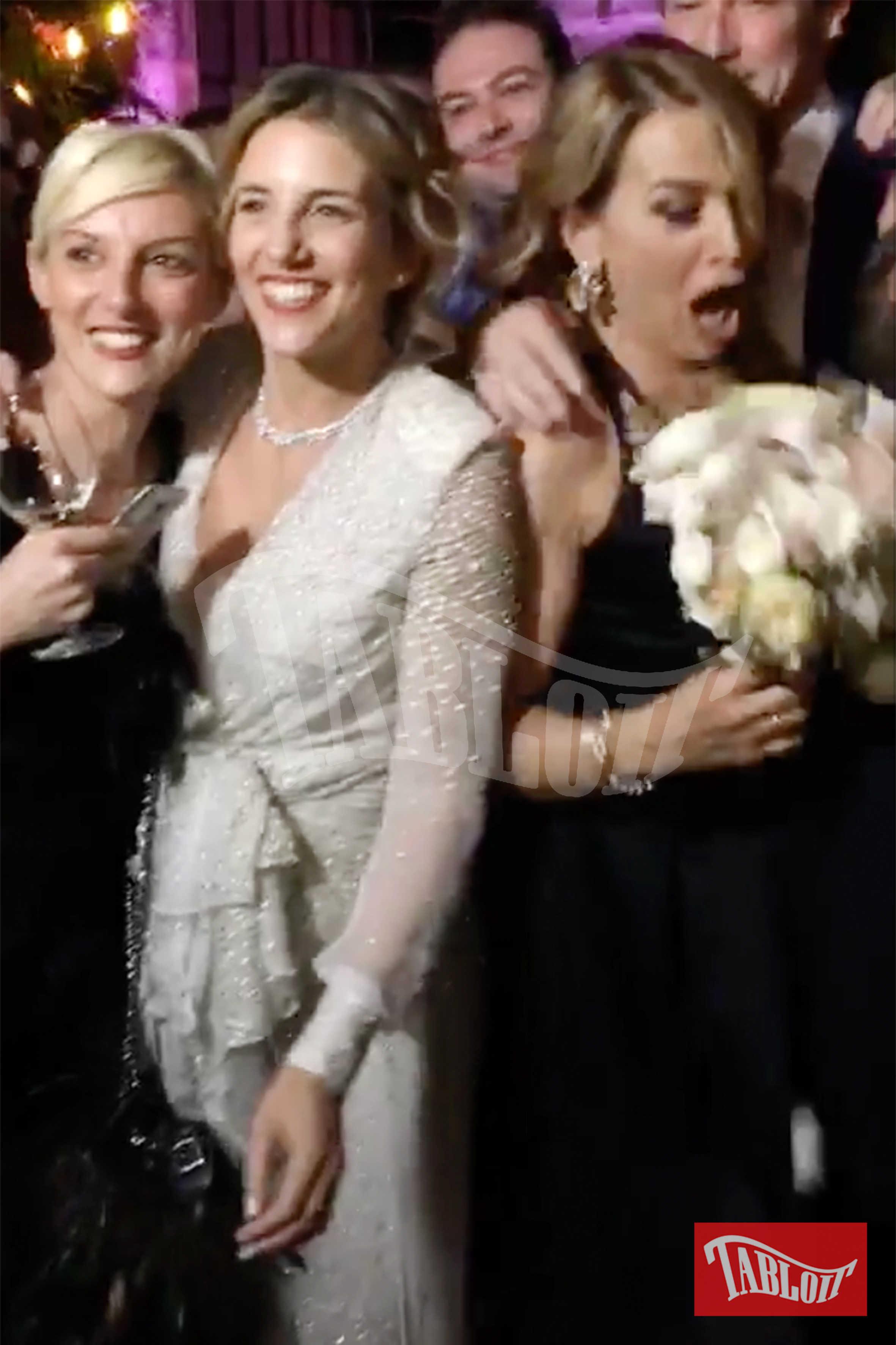 """""""Non ho nessuna intenzione di sposarmi ancora!"""" sembra pensare Barbara D'Urso in questo scatto, quando si accorge di avere tra le mani il bouquet della sposa"""