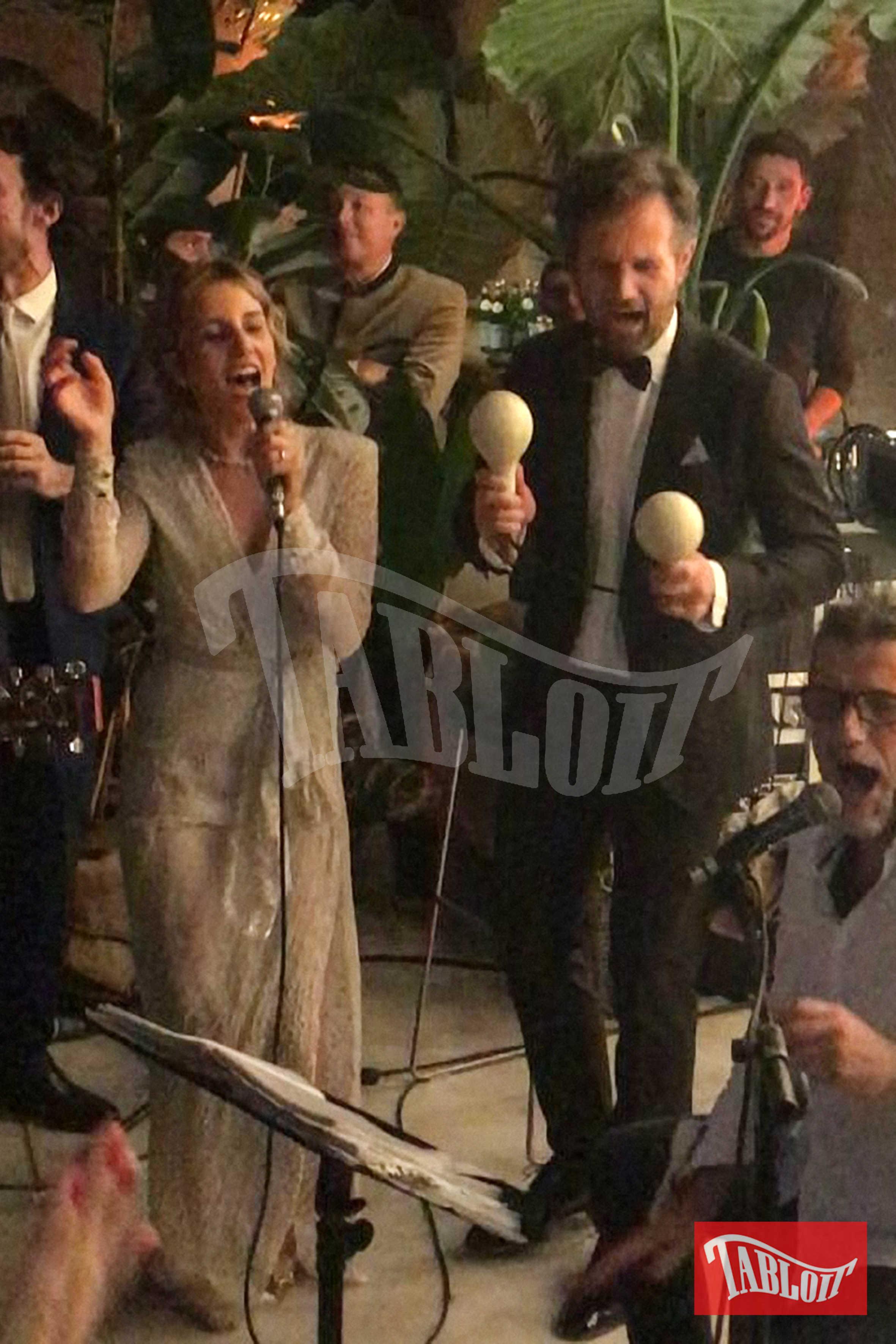 Mentre Rosa canta, Carlo suona le maracas