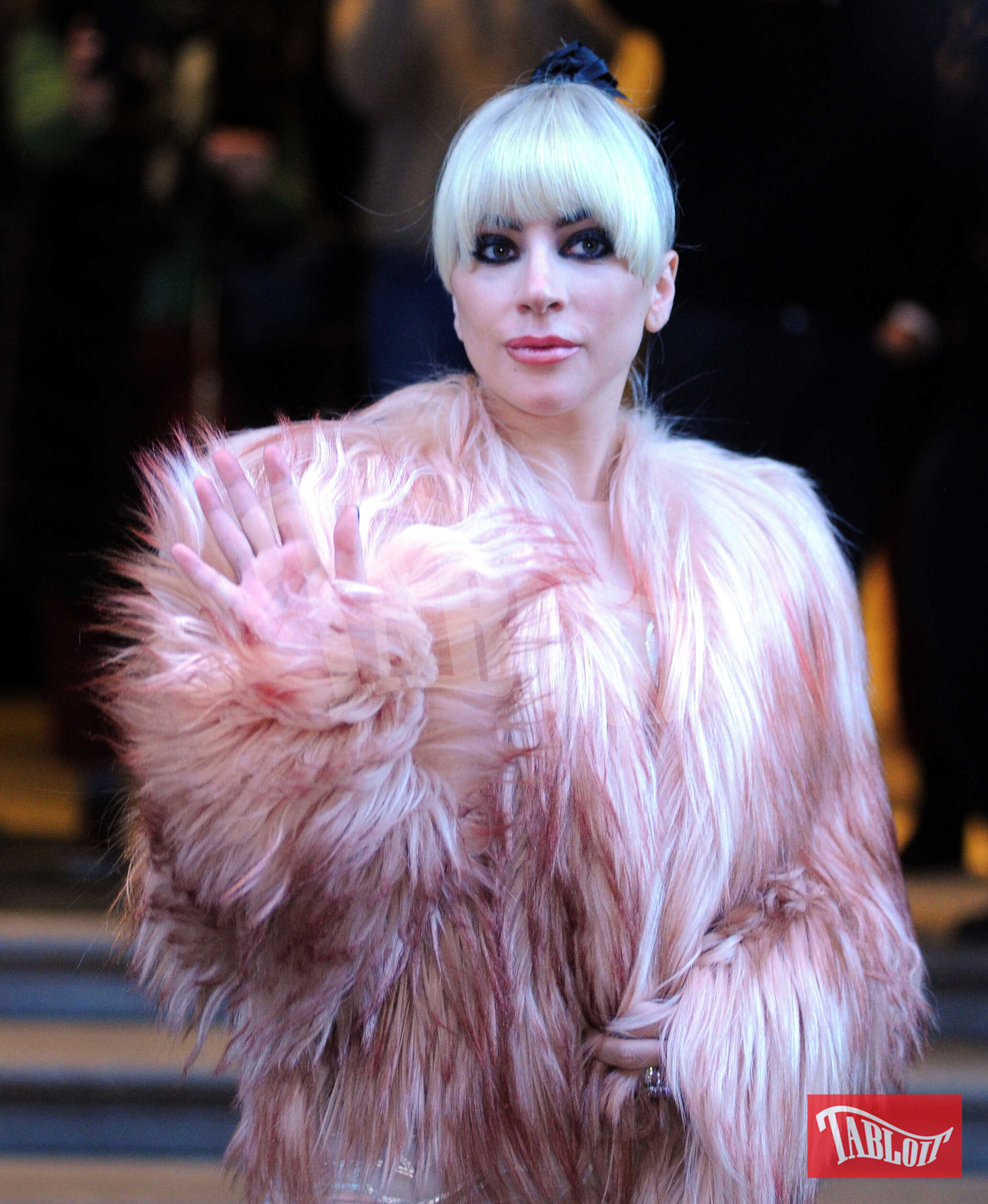 Lady Gaga all'uscita di Palazzo Parigi prima del concerto con un total look Francesco Scognamiglio. Una pelliccia corta sopra un long dress in voile di seta e impreziosito da ricami e applicazioni luminosi sui fianchi