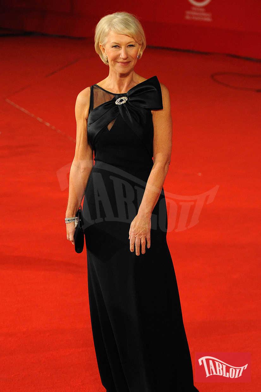 """Chissà se anche Helen Mirren sceglierà di aderire alla protesta delle attrici vestendosi di nero sul red carpet dei Golden Globes. La celebre diva 72enne è candidata come migliore attrice per la sua interpretazione nel film """"Ella & John – The Leisure Seeker"""" di Paolo Virzì. In qualche modo, quindi, l'attrice rappresenterà anche l'Italia ai Golden Globes"""