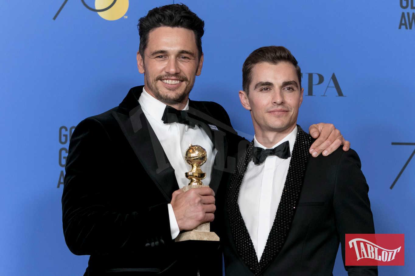 """James Franco insieme al fratello Dave. In mano il globo d'oro vinto come miglior attore protagonista di una commedia per il film """"The disaster movie"""" da lui diretto"""