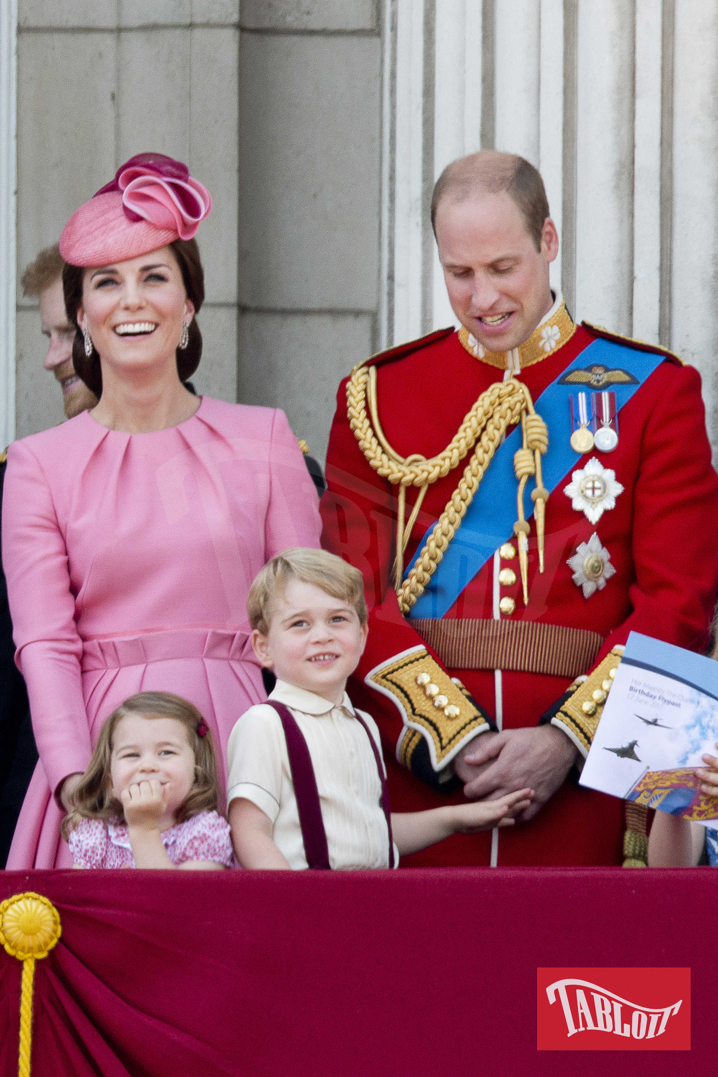 """Il Duca e la Duchessa di Cambridge con i figli George e Charlotte sul balcone di Buckingham Palace lo scorso 17 giugno in occasione della festa di compleanno della regina Elisabetta, la """"Trooping the colour"""""""