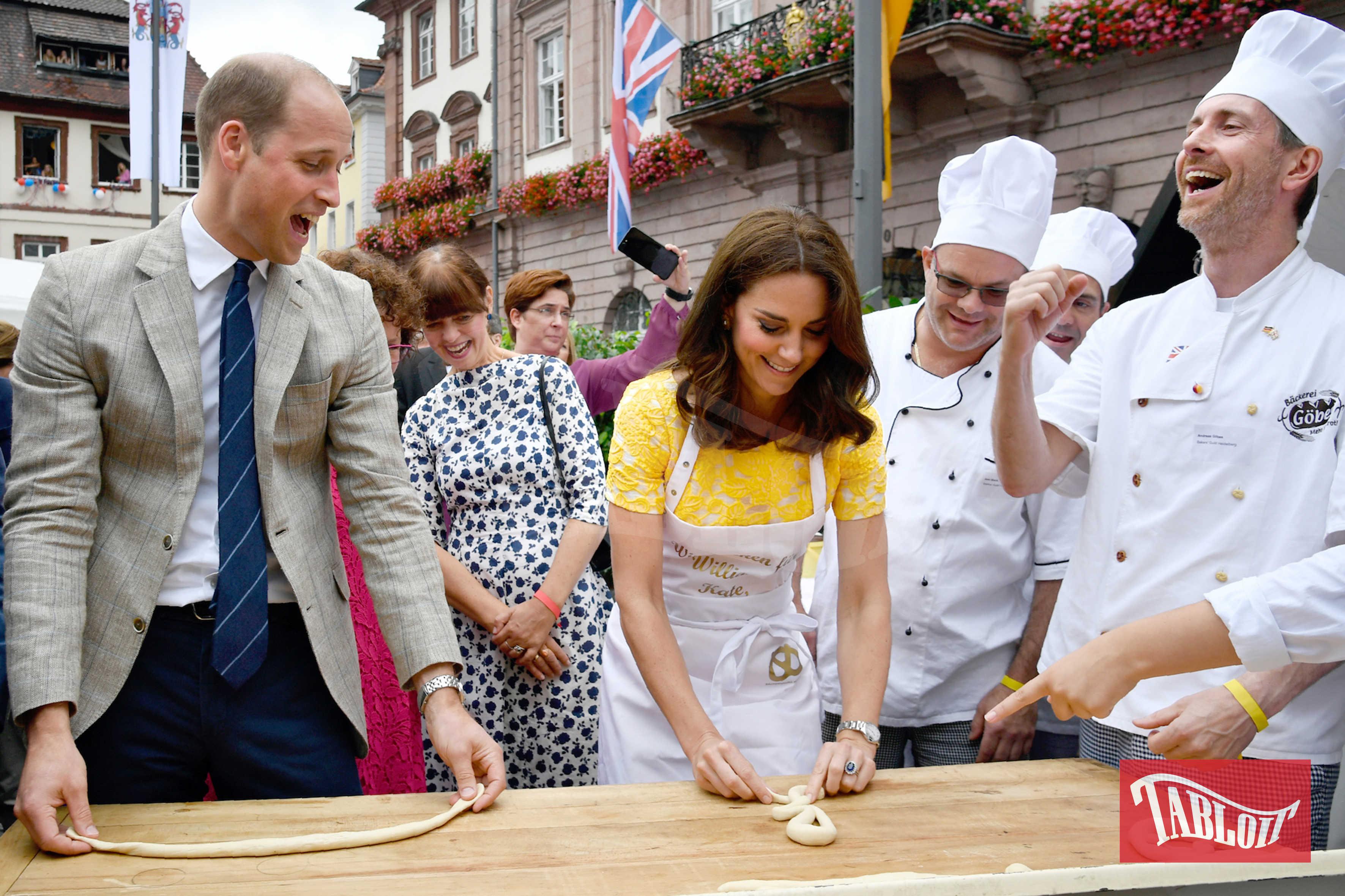 William e Kate provano a preparare i pretzels durante una visita ad Heidelberg, in Germania
