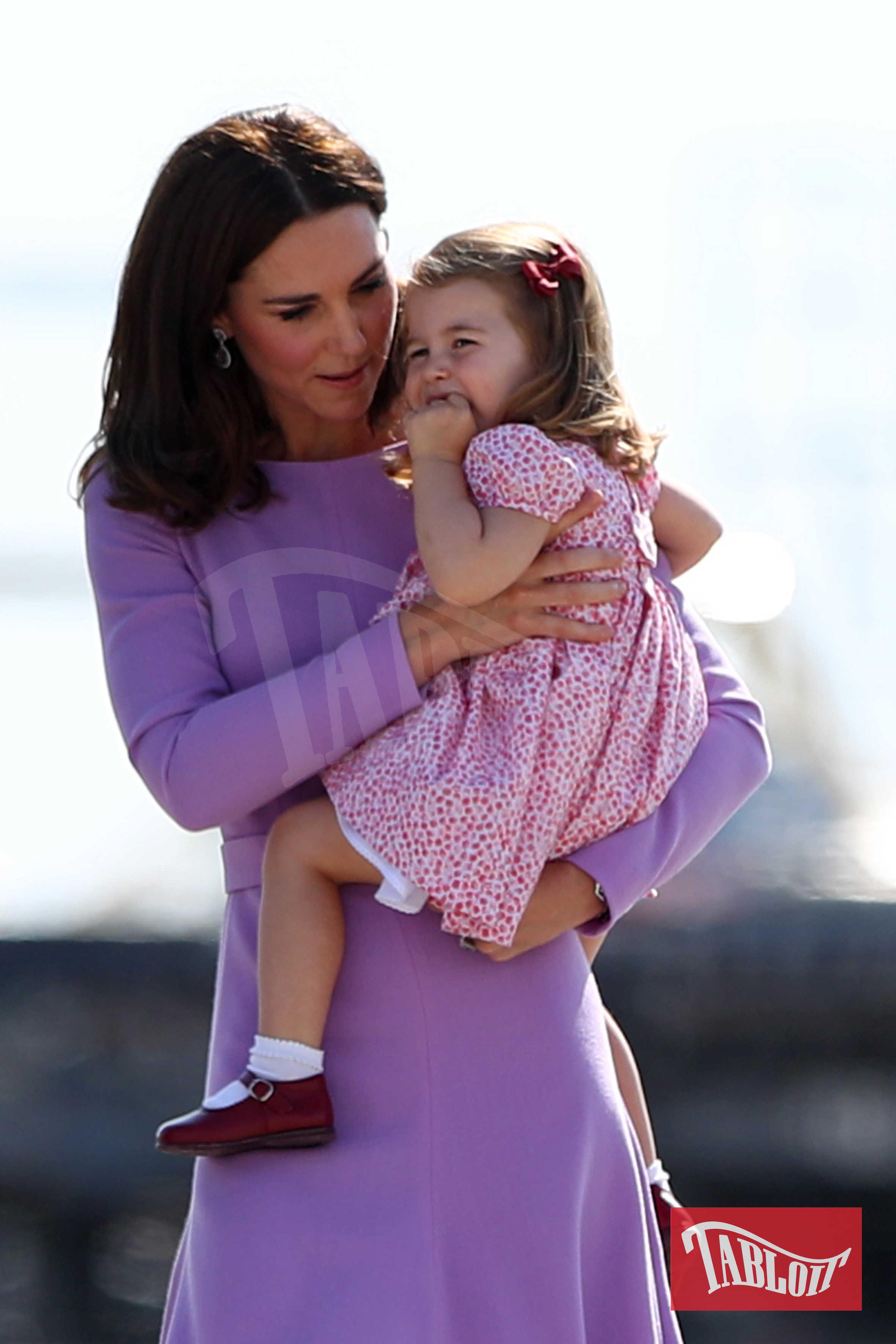 Kate tiene in braccio la figlia in occasione di una visita ufficiale ad Amburgo nel luglio 2017
