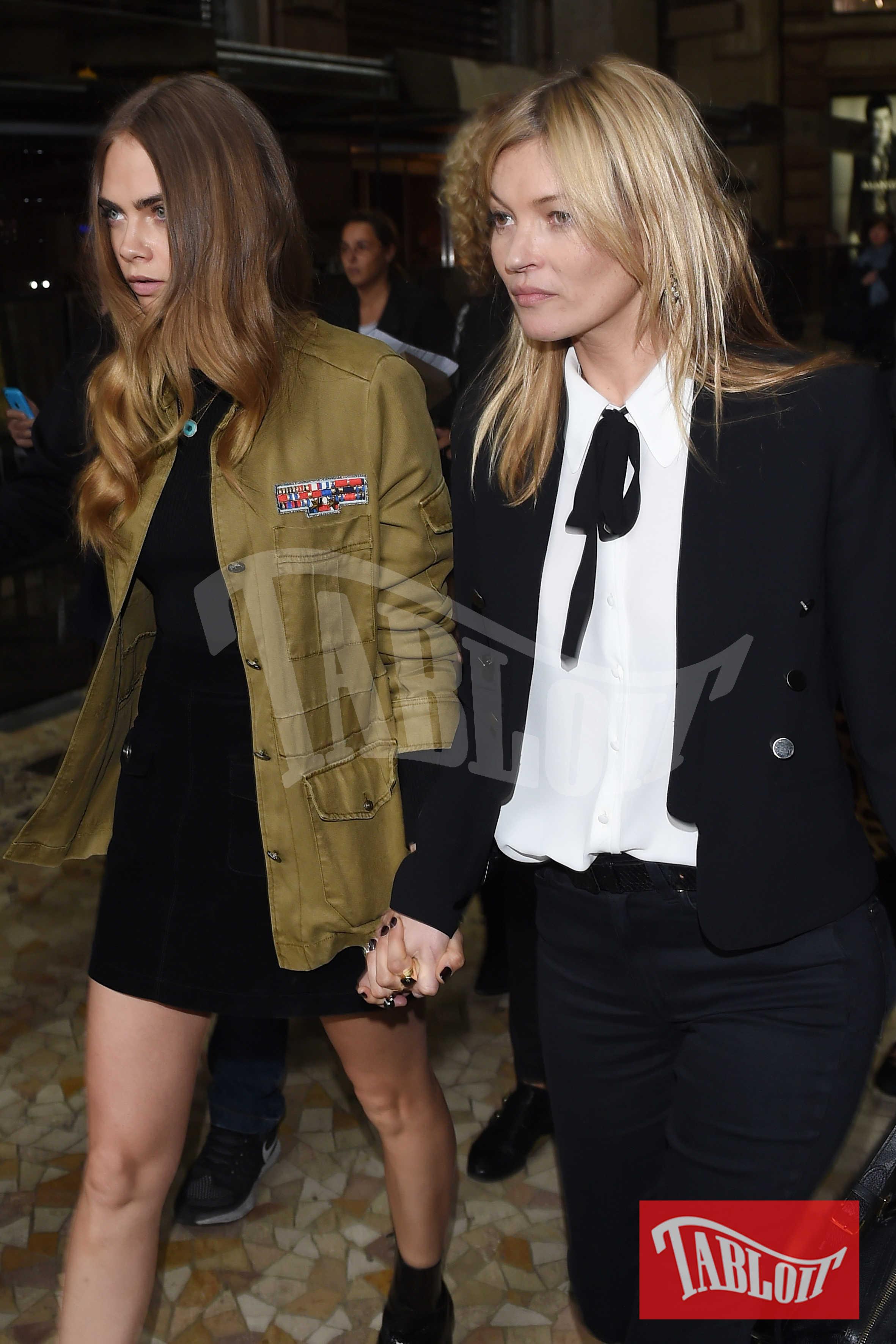 Kate Moss, 44 anni, mano nella mano con Cara Delevingne, 25. Cara, anche lei britannica, anche lei con l'aria da ragazzina ribelle, è considerata la vera erede di Kate Moss