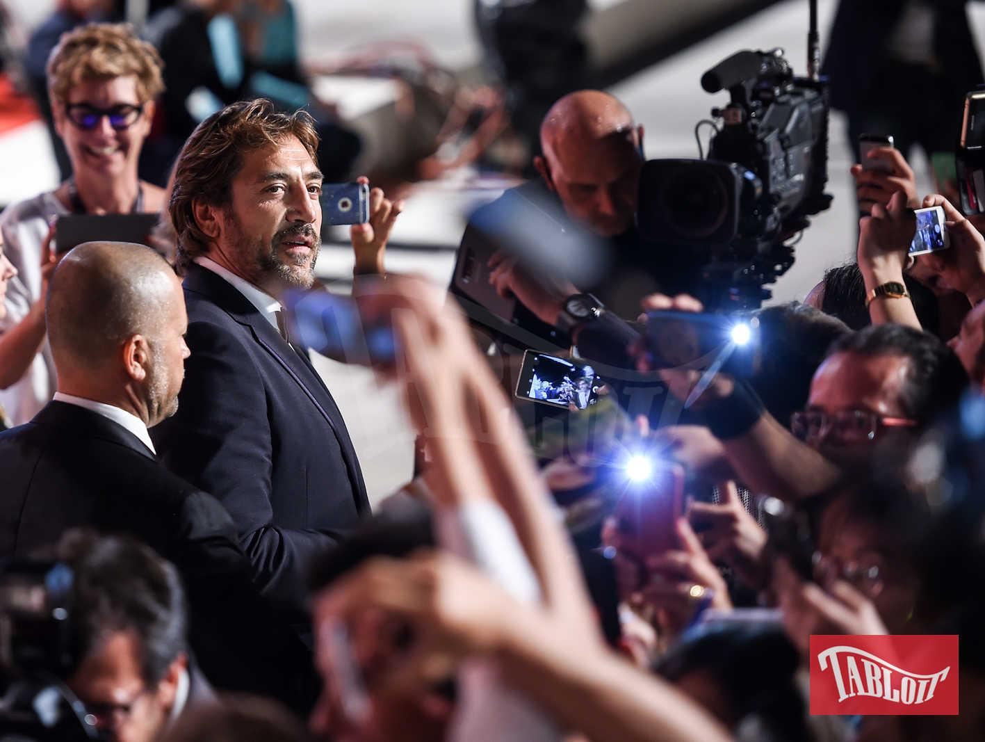 javier bardem e fans festival cinema venezia