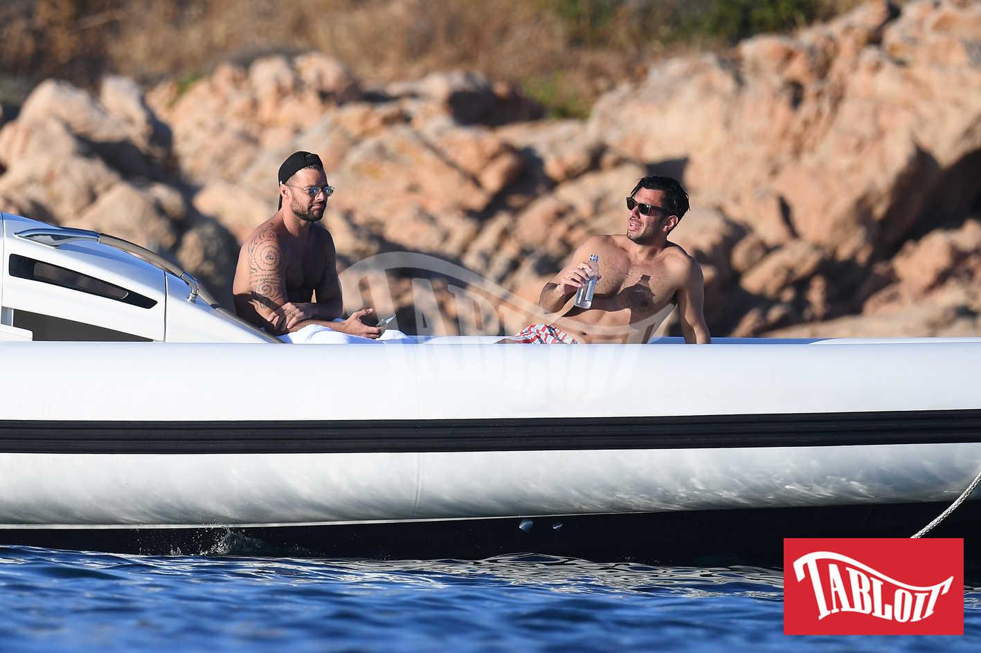 Ricky Martin insieme al Jwan Yosef durante una gita in gommone