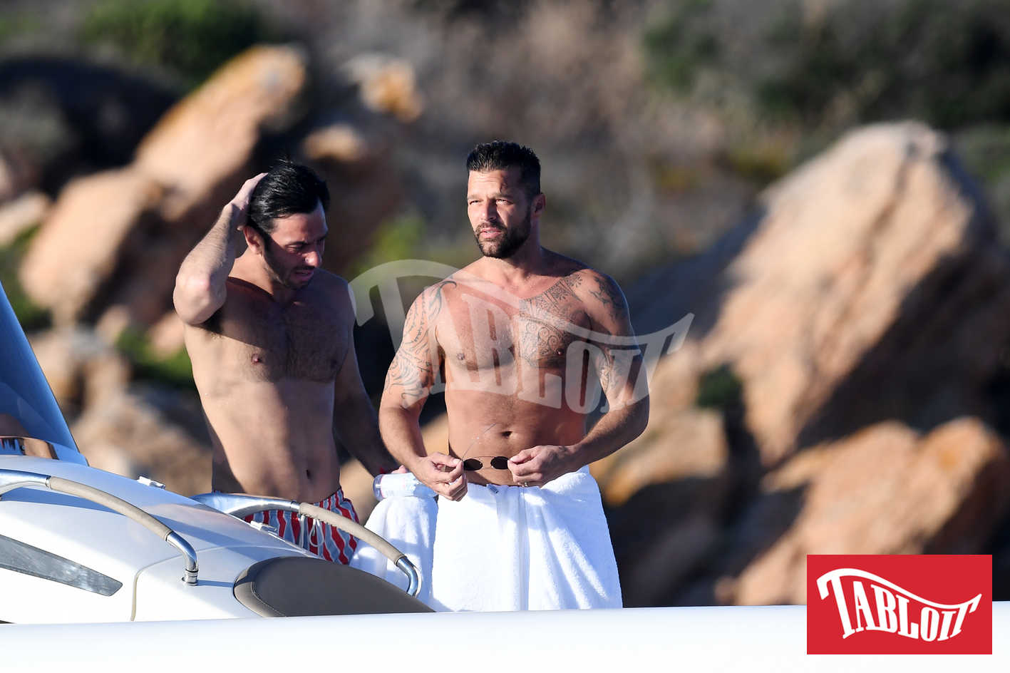 Ricky Martin insieme al Jwan Yosef durante una gita in gommone in sardegna