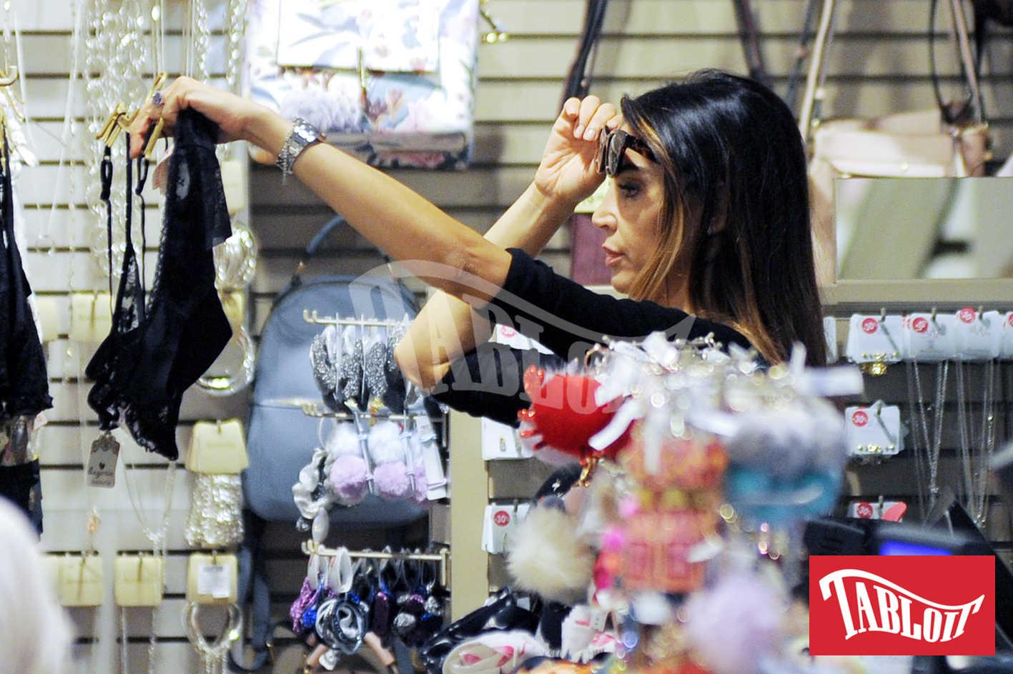 cecilia capriotti shopping in un negozio di intimo