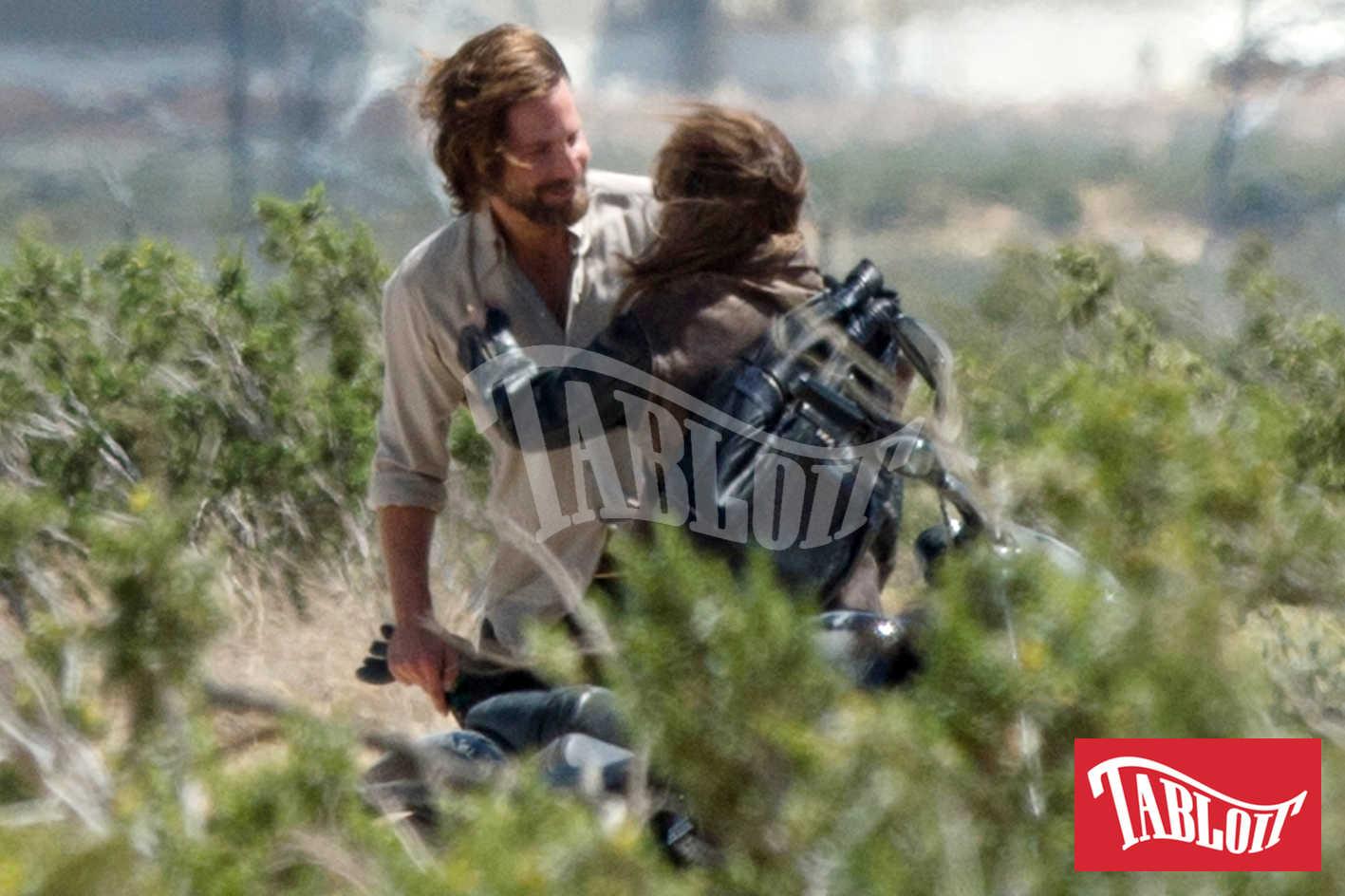 Lady Gaga e Bradley Cooper sul set del film 'A star is Born' in California