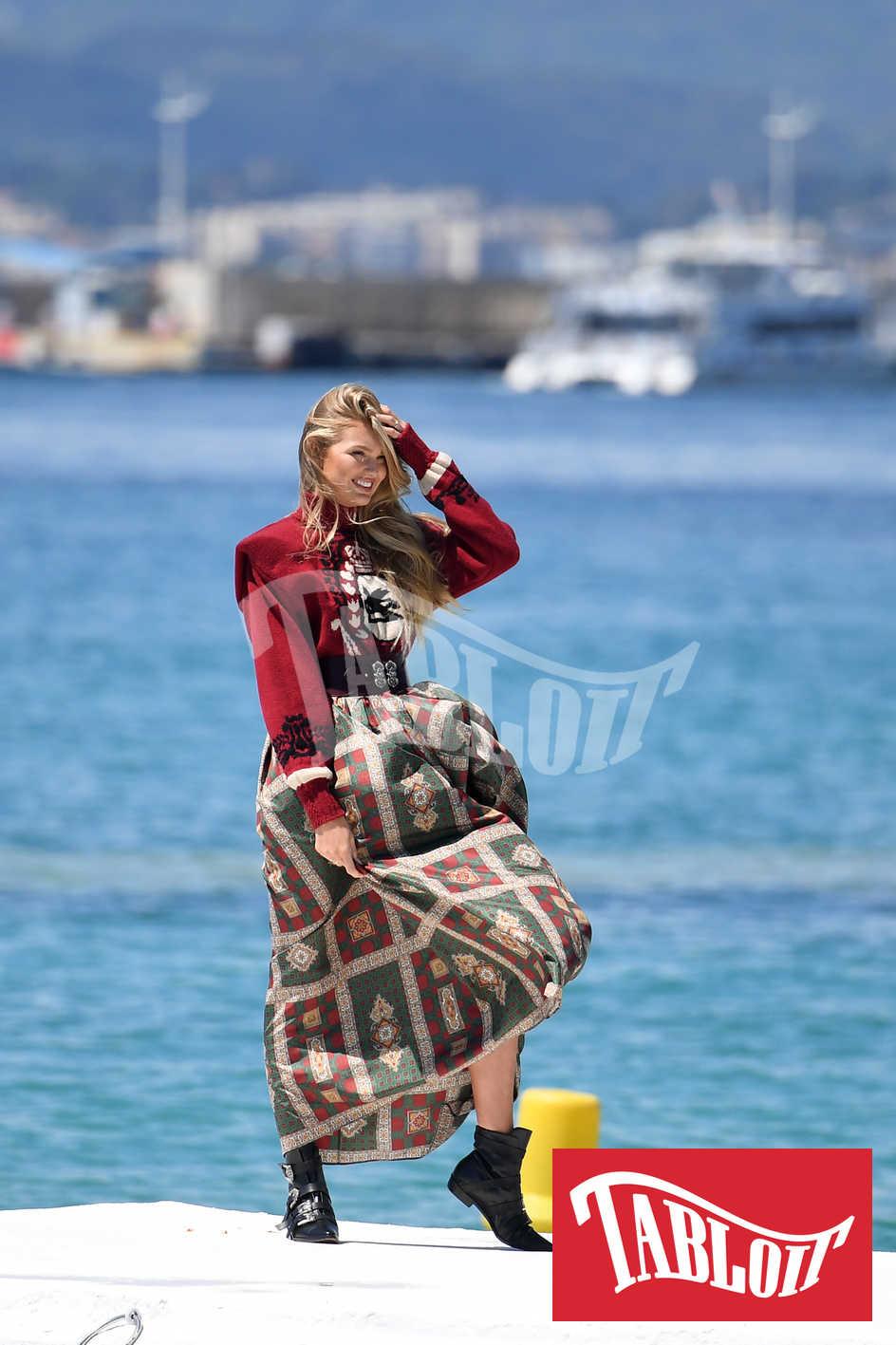 La modella Romee Strijd durante uno shooting sul molo dell'hotel Martinez di Cannes