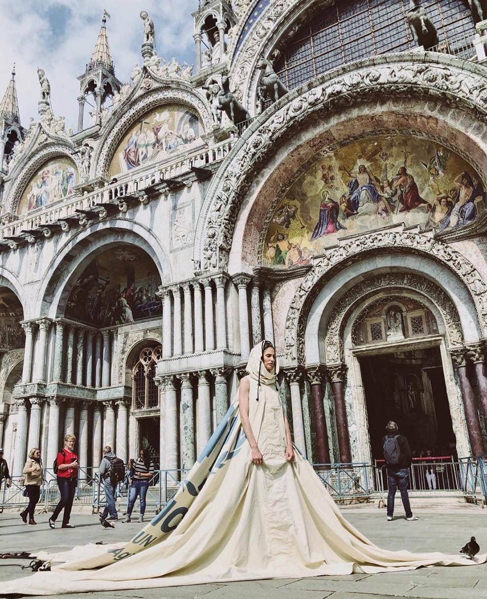 Bianca Balti posa in Piazza San Marco a Venezia