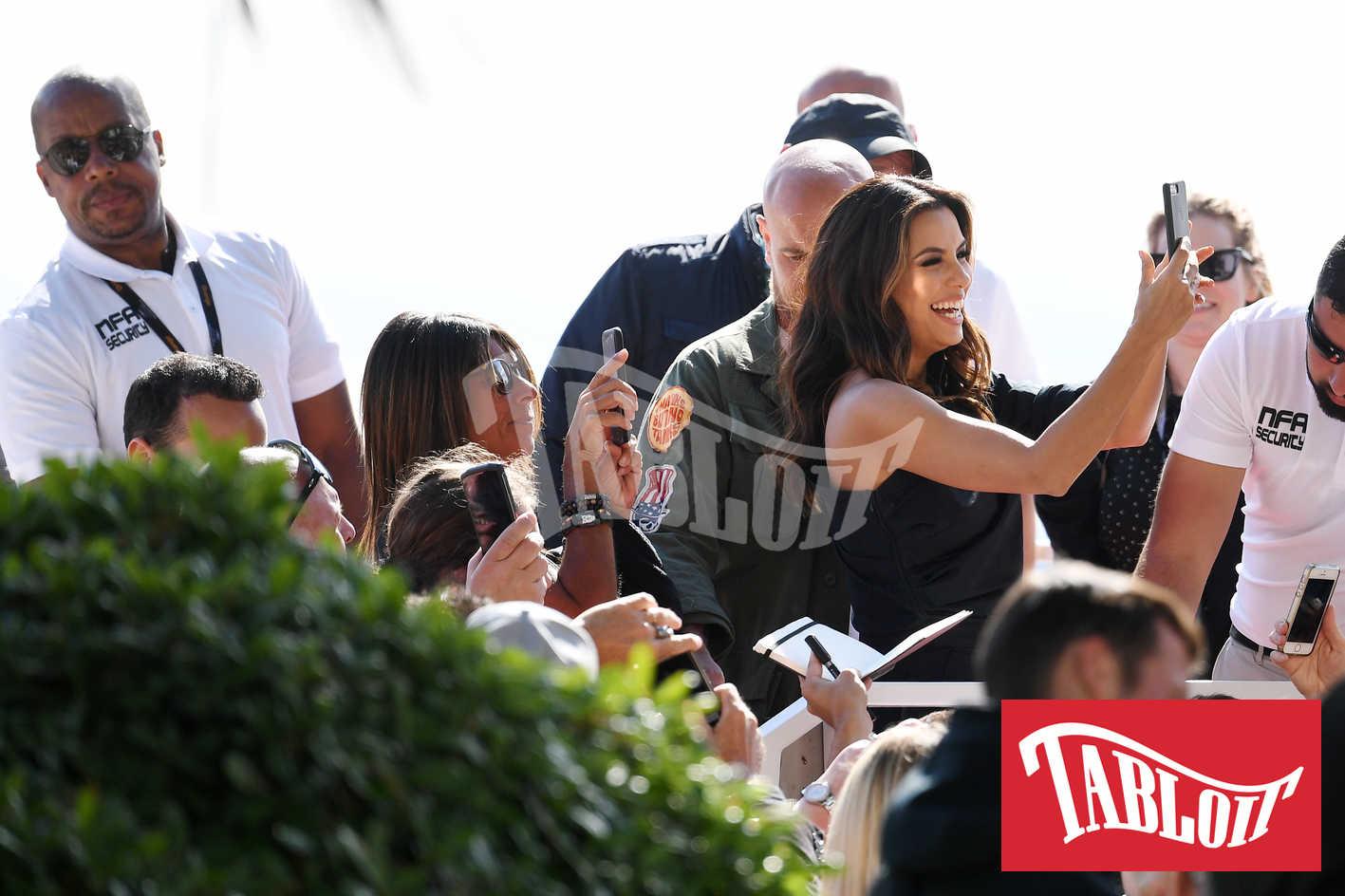 Eva Longoria, protagonista di selfie con i suoi fan